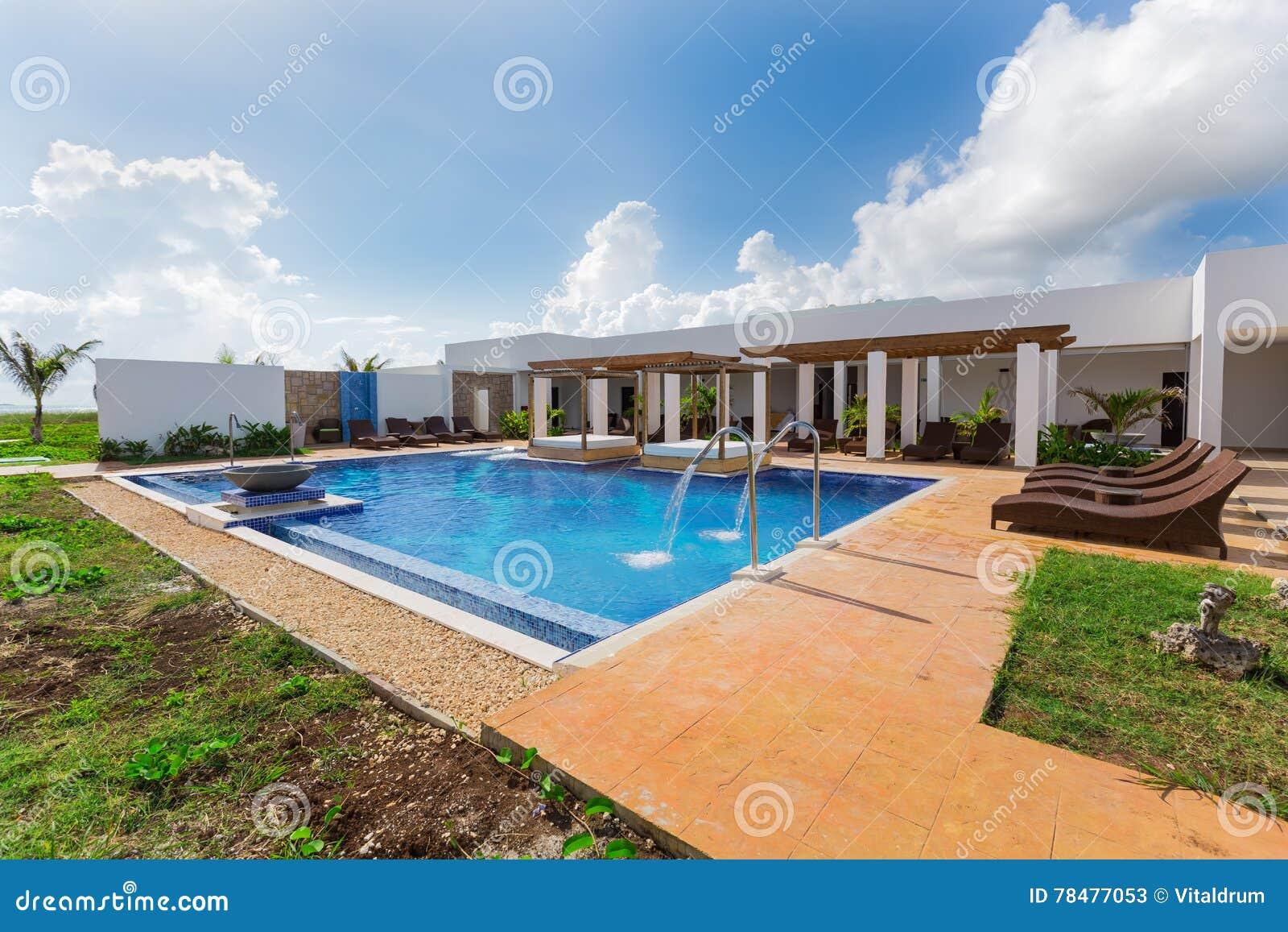 Hermosa vista de invitación que sorprende del balneario del centro turístico y de la piscina el día soleado