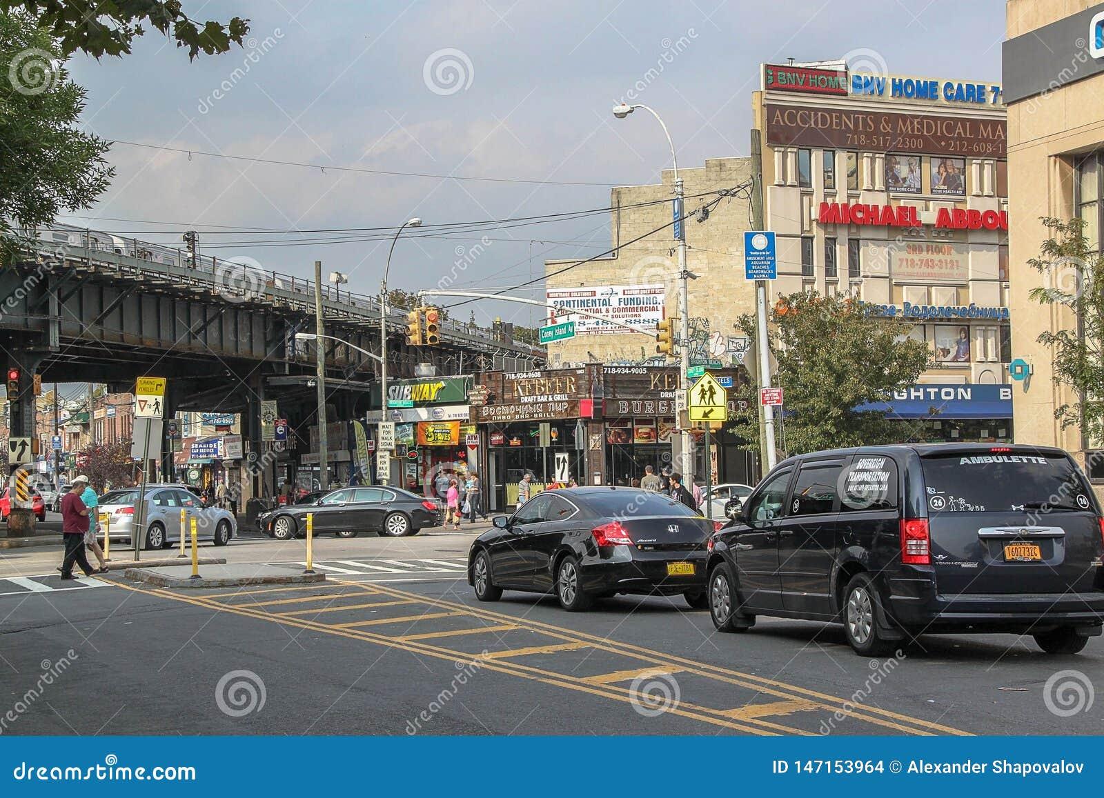 Hermosa vista de la calle en la vecindad de Brighton Beach Tráfico de coche y concepto de la gente Nueva York EE.UU.