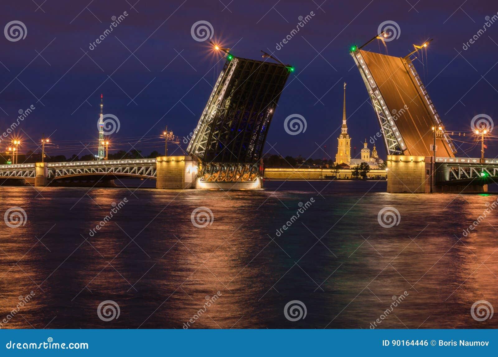Hermosa vista de la cría de puentes en la noche St Petersburg del terraplén de Neva River