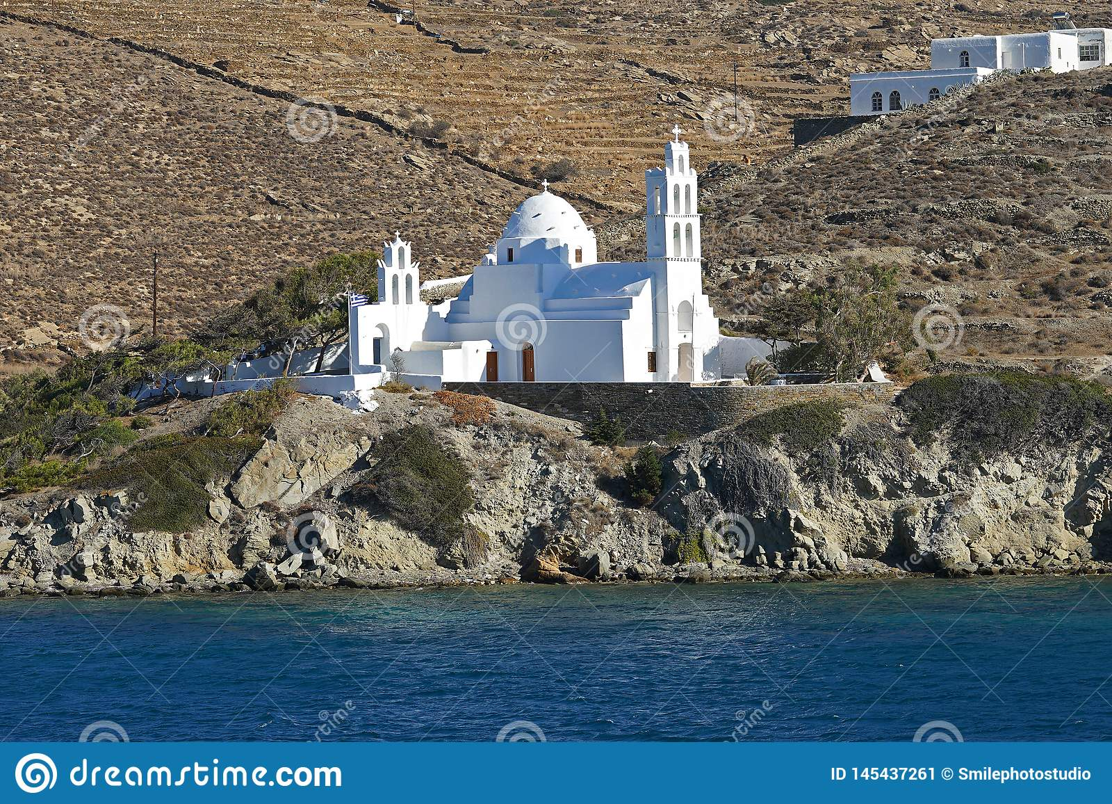 Hermosa vista de la iglesia de Agia Irini en la entrada al puerto de IOS, Grecia
