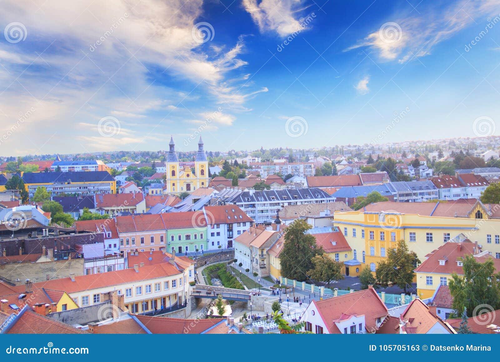 Hermosa vista de la iglesia de Minorit y del panorama de la ciudad de Eger, Hungría