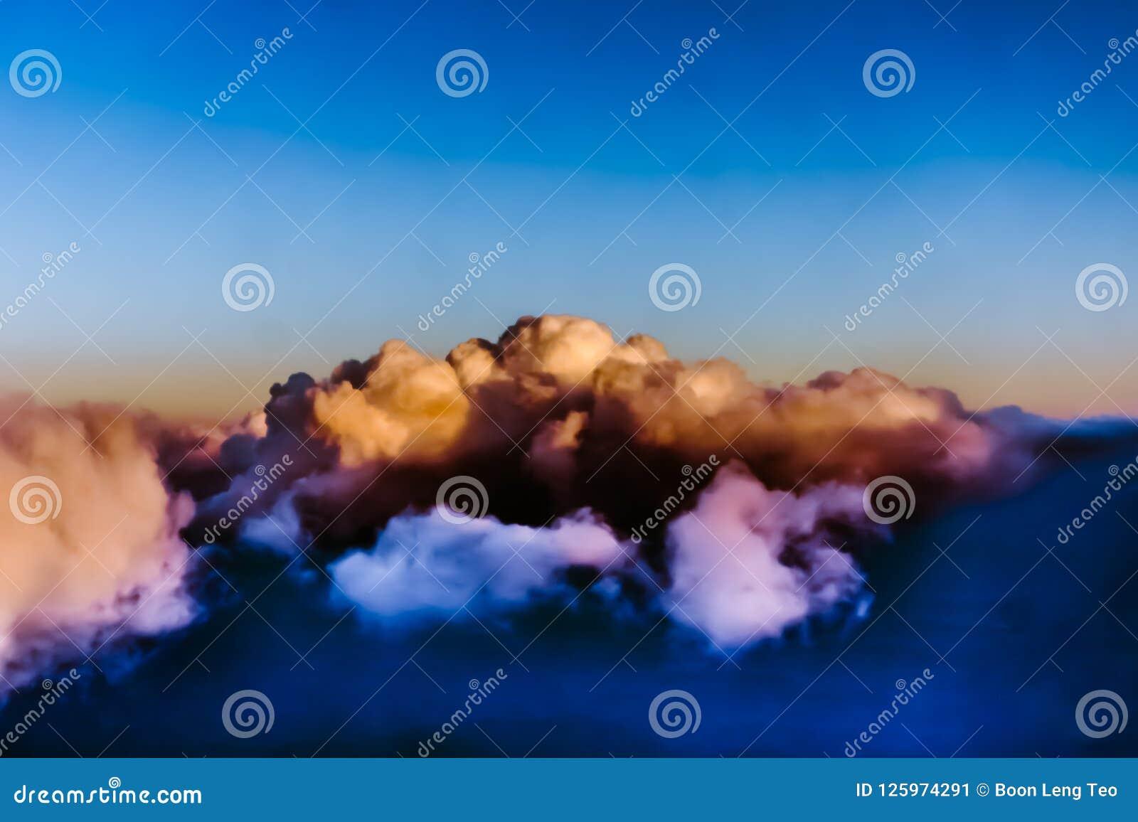 Hermosa vista de la ventana del aeroplano - nubes blancas azules rosáceas
