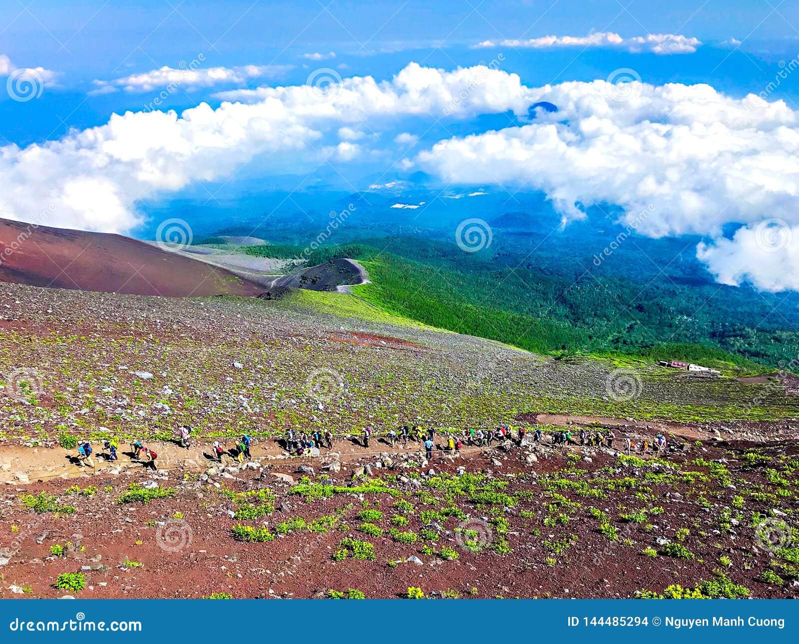 Hermosa vista de Mt Fuji con el cielo azul de las nubes