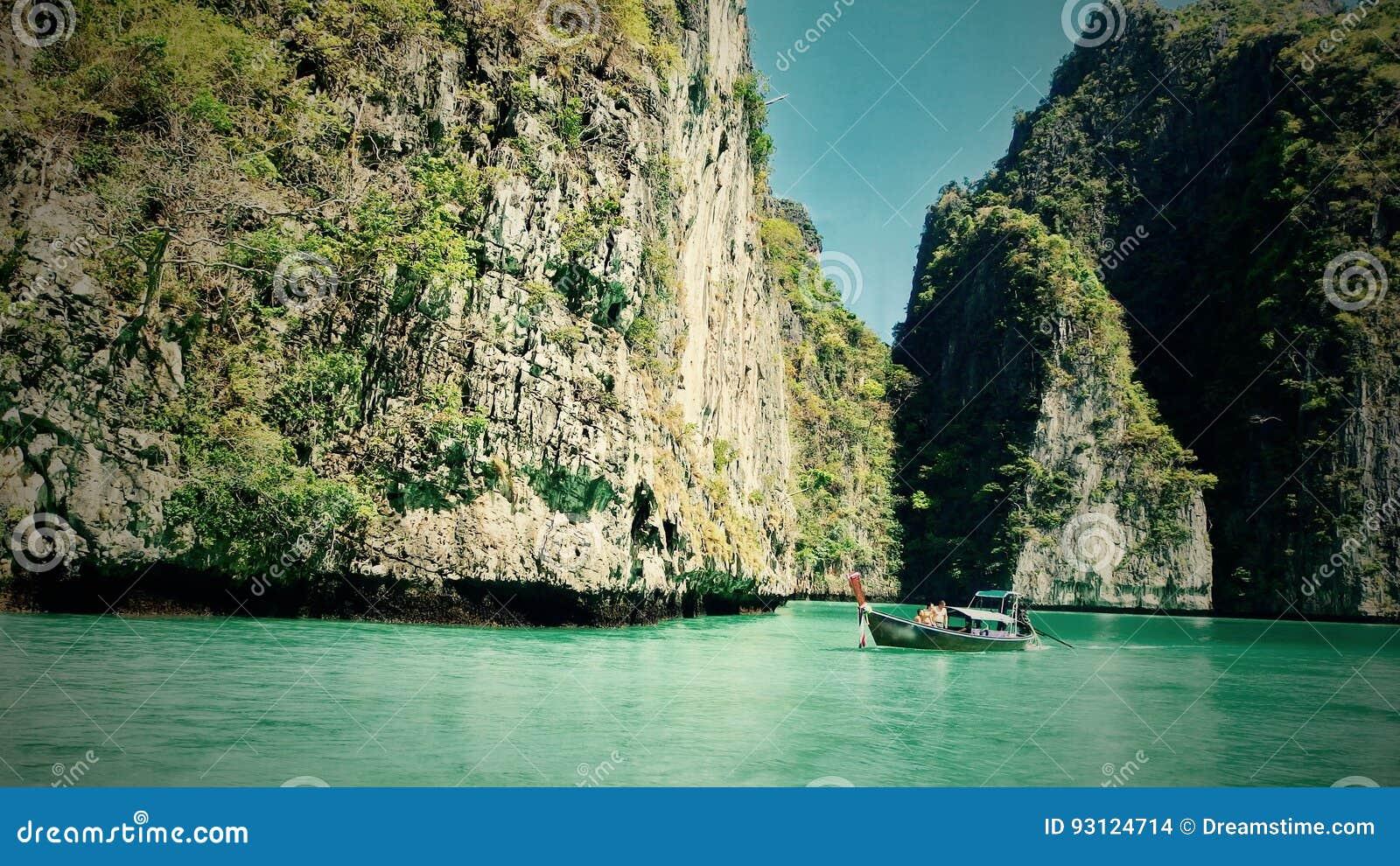 Hermosa vista de rocas, del mar y del barco en una isla en Tailandia Phuket Viajes