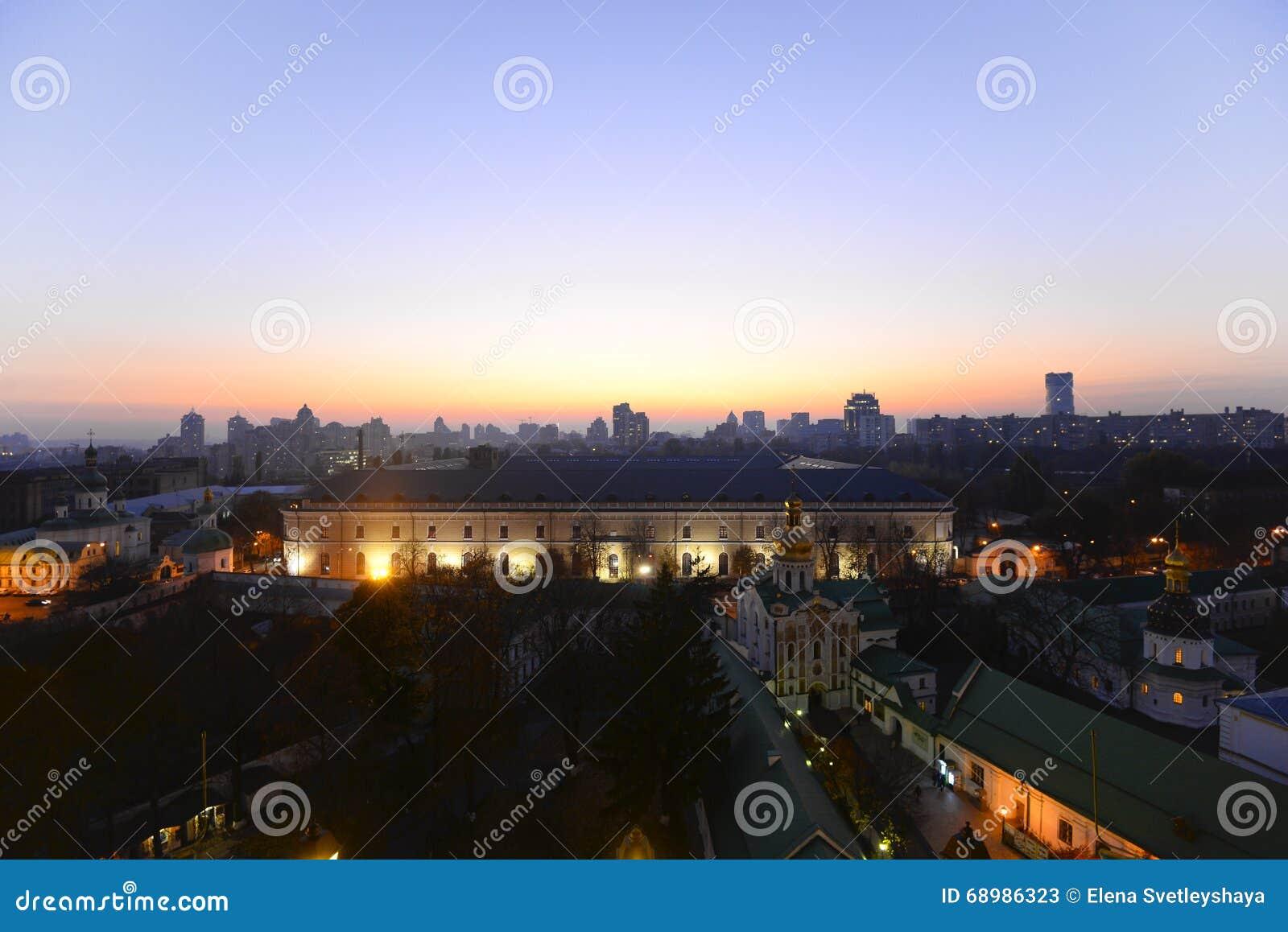 Hermosa vista del arsenal de igualación de Kiev y de Mystetskyi