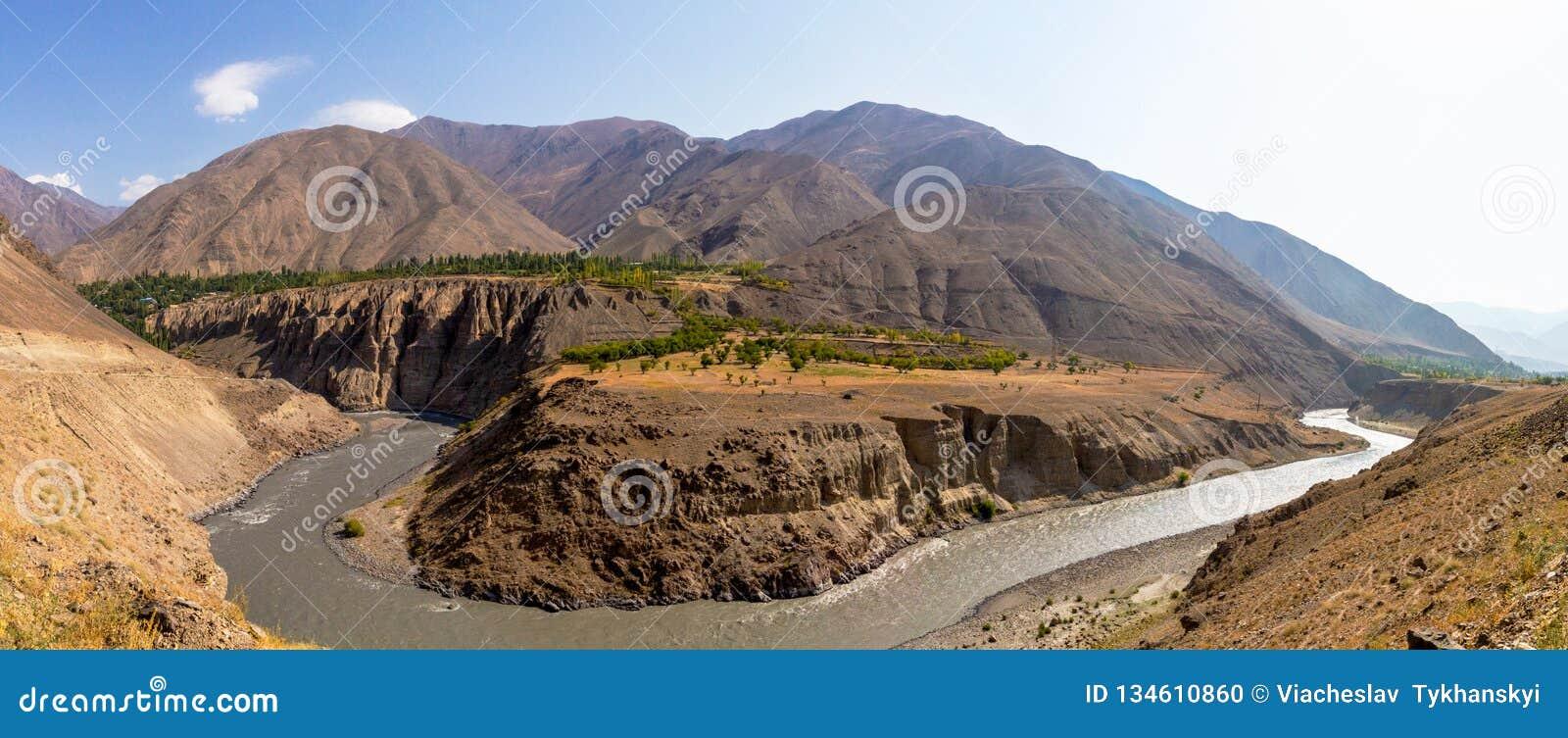 Hermosa vista del lago Yashikul en Pamir en Tayikistán