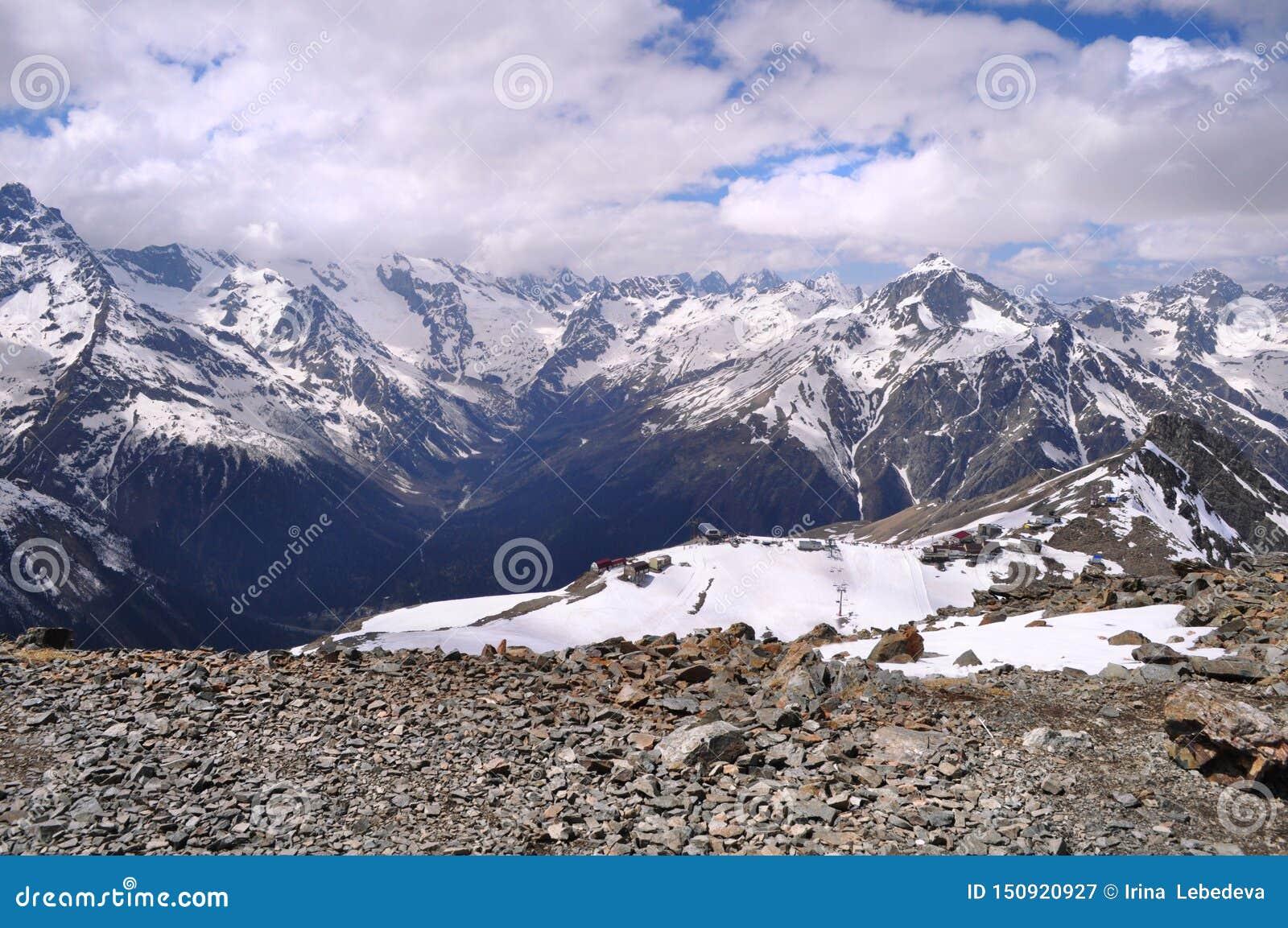 Hermosa vista del paisaje de la montaña: cordilleras, nubes blancas