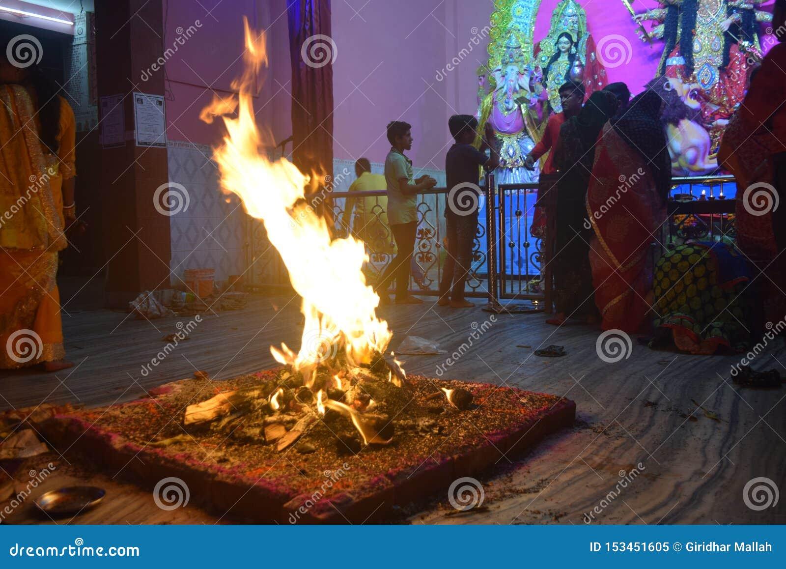 Hermosa vista en templo con el kund de Agni