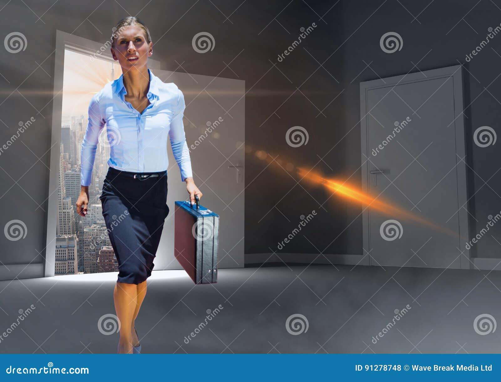 Heroisk kraftig affärskvinna som går i dörr för att hyra rum