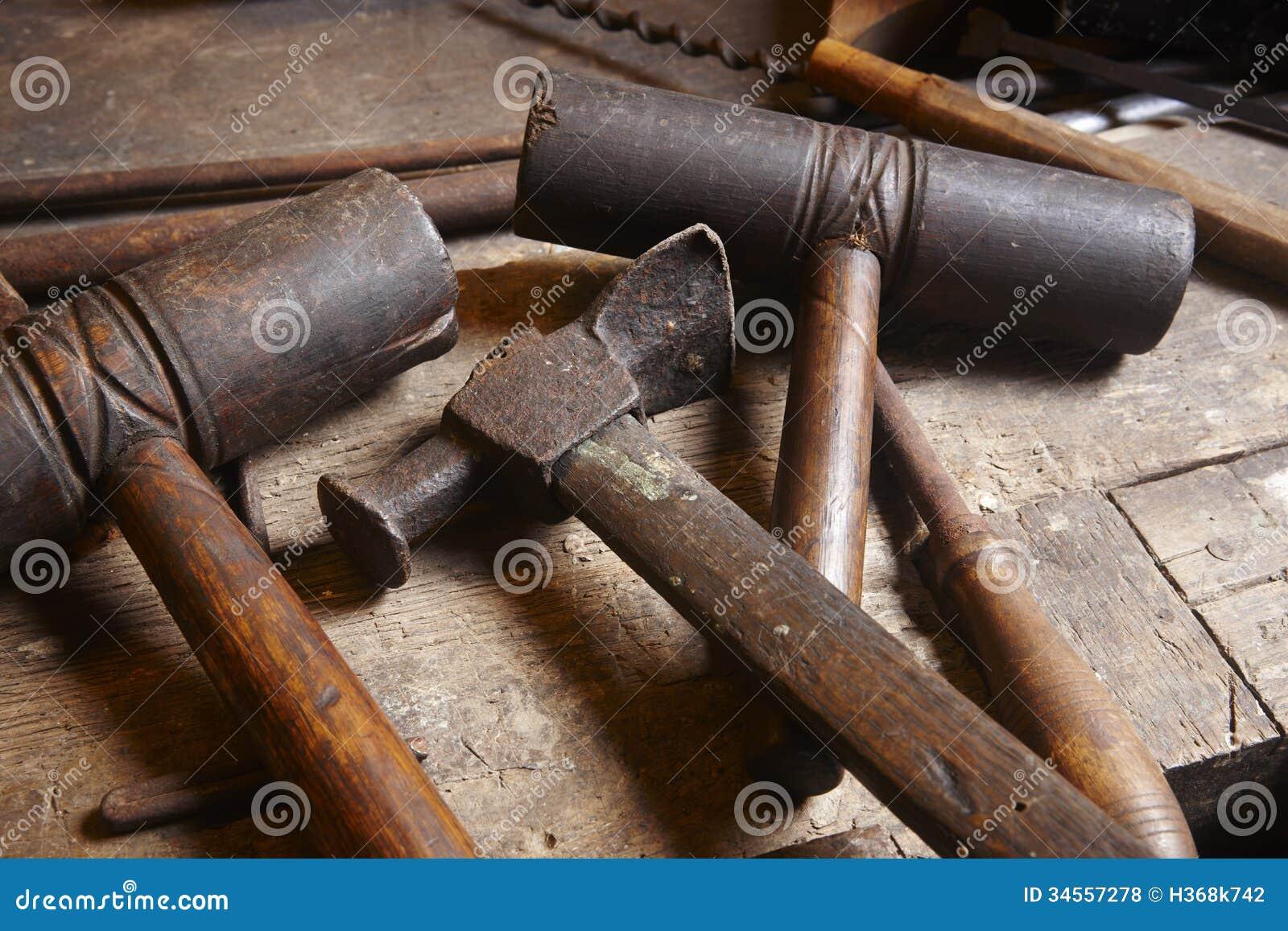 Herramientas antiguas martillos con los pedazos de madera - Herramientas de campo antiguas ...