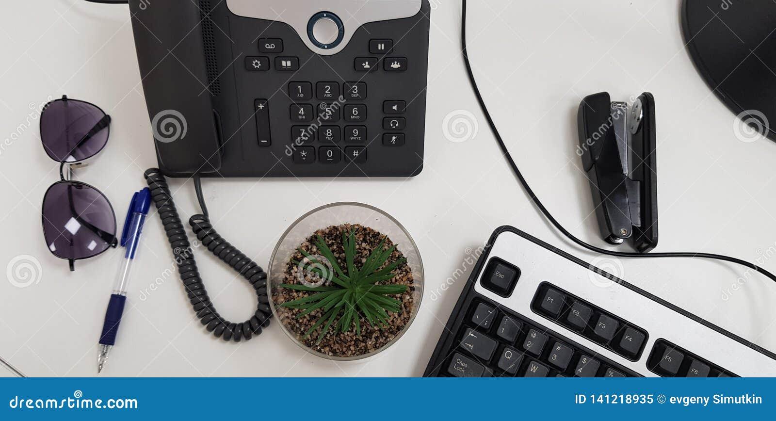 Herramientas esenciales de la oficina en la tabla blanca