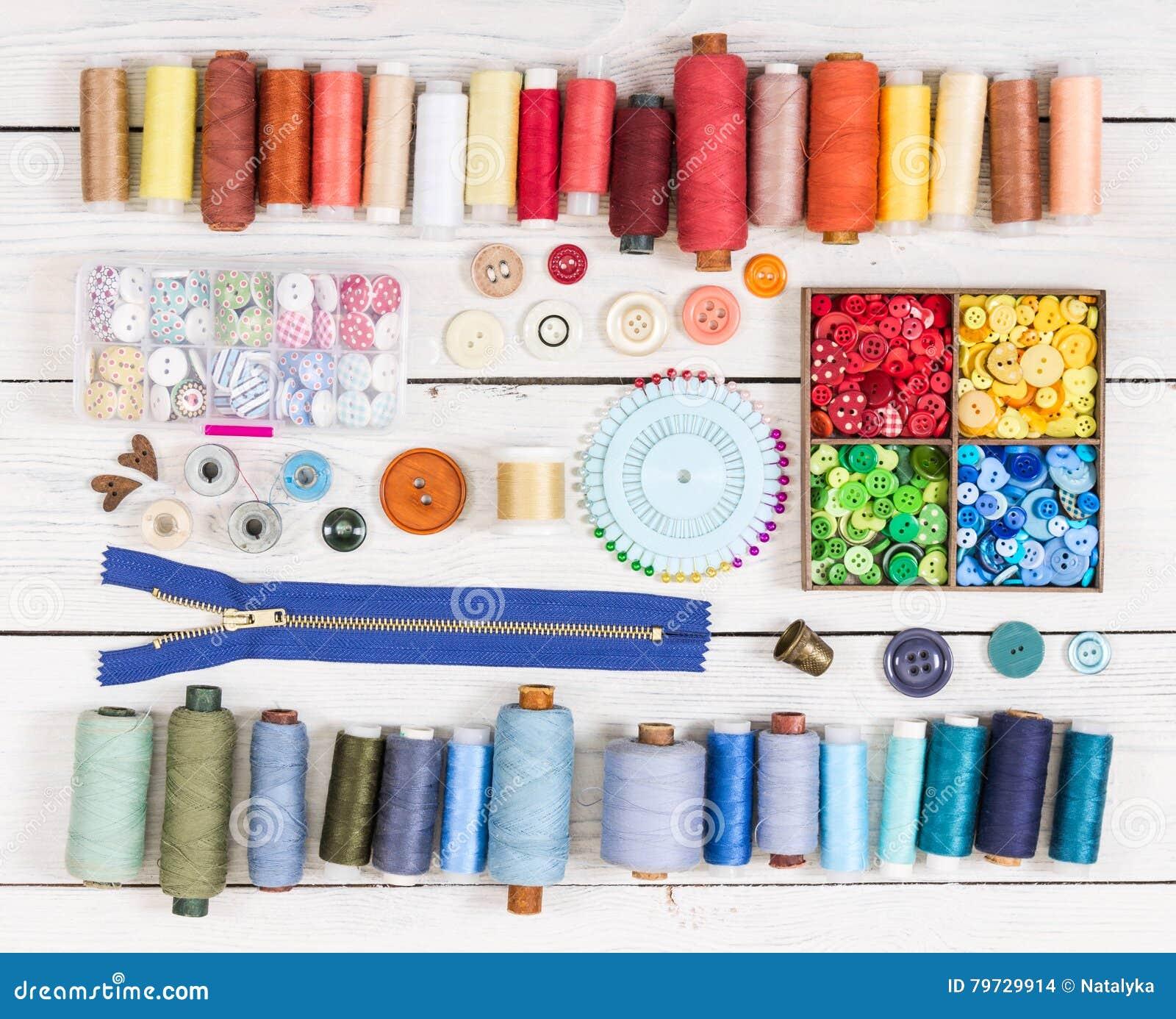 Herramientas para coser en fondo de madera ligero