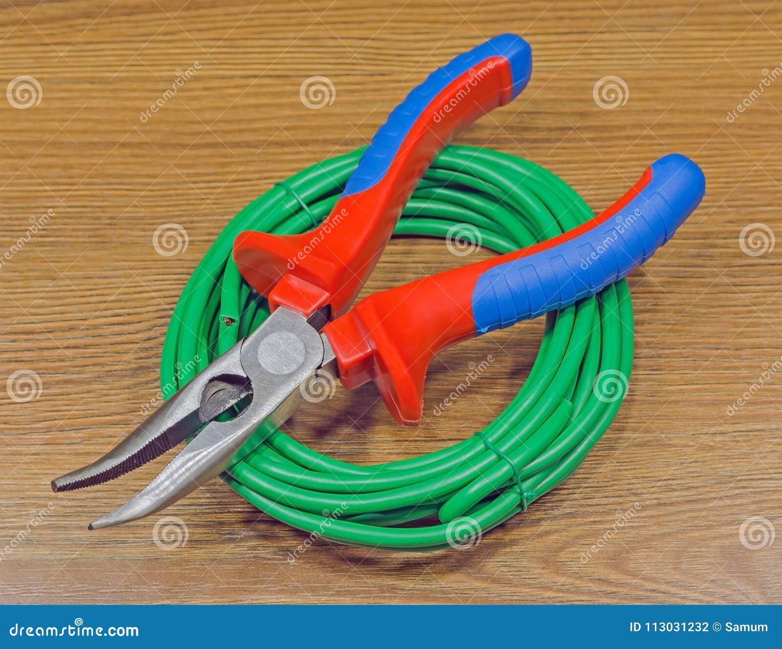 Herramientas para el electricista y los cables