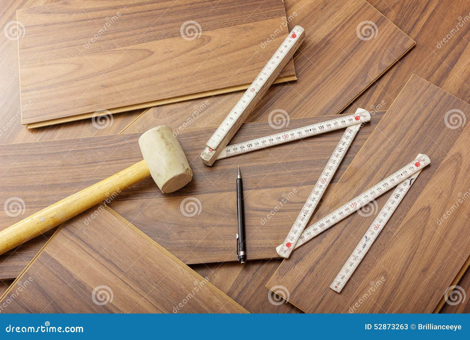 a poner la lamina en el piso de madera
