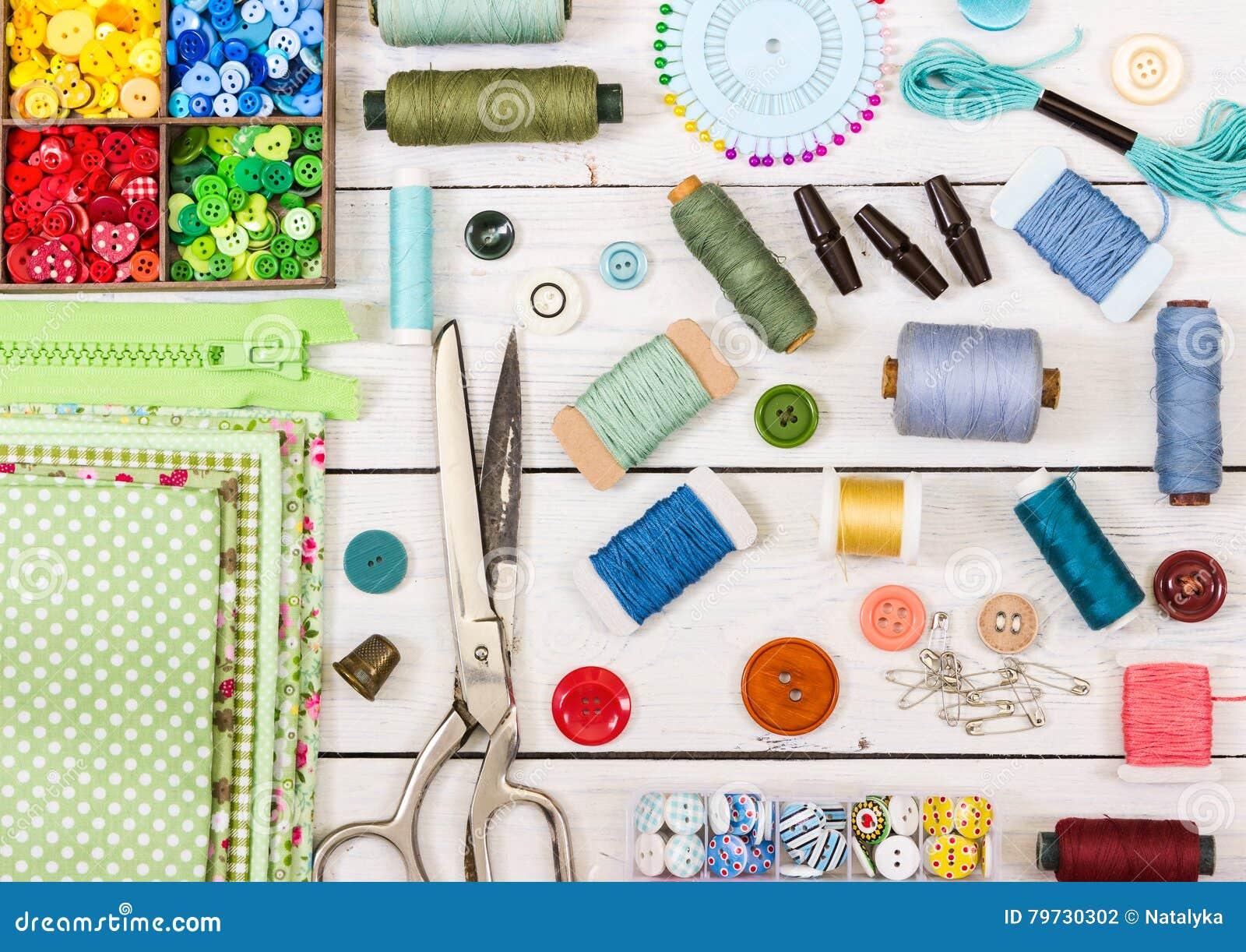 Herramientas y accesorios para coser en fondo de madera ligero