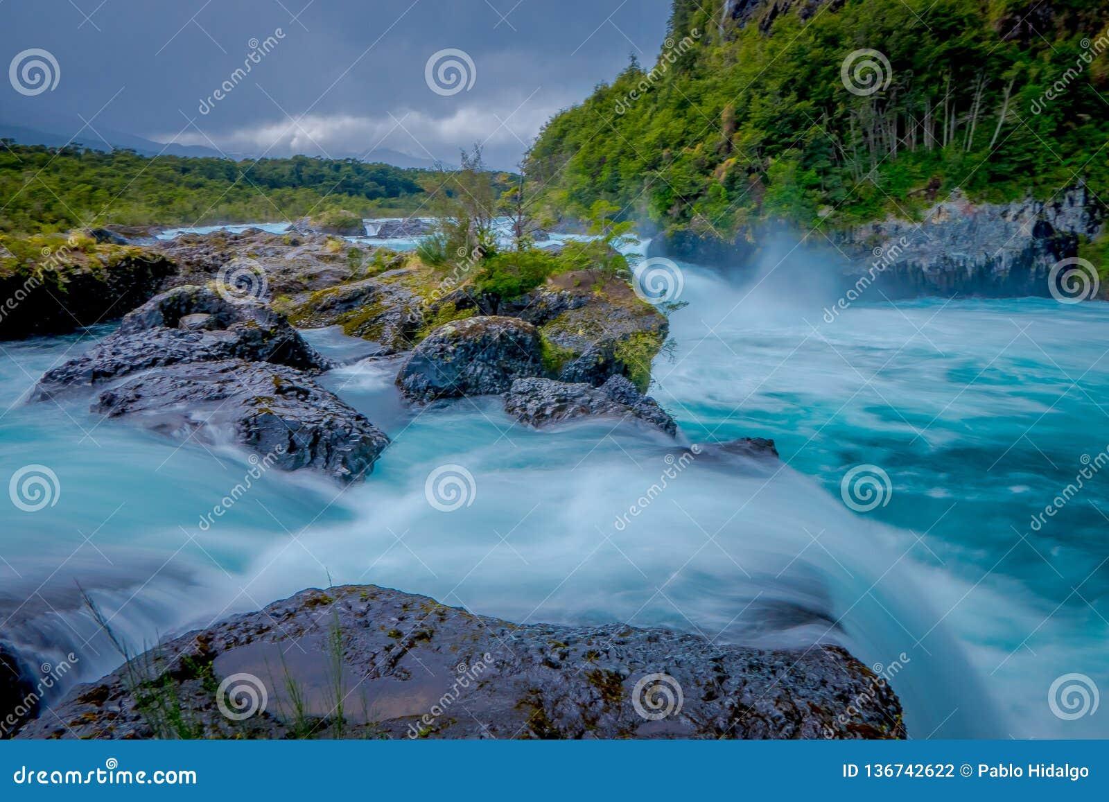 Herrliche Ansicht des Wassers überschreiten durch den vulkanischen Felsen, der Wasserfälle, gebildet durch eine Eruption des Vulk