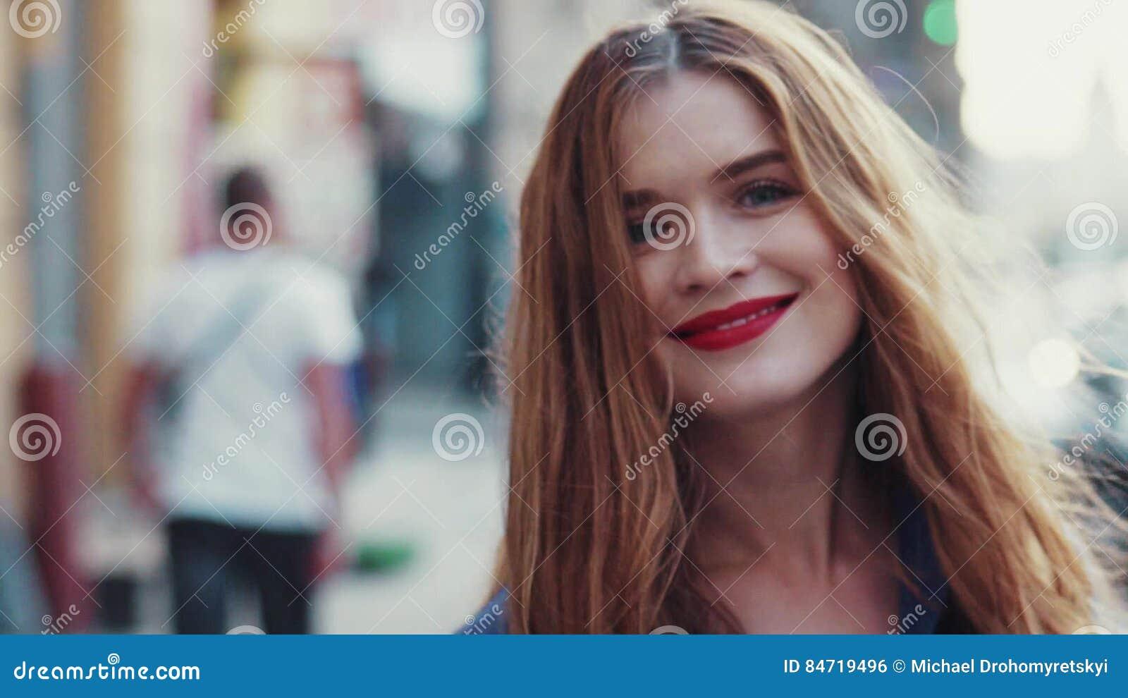 Herrliche Junge Frau Mit Schönen Blauen Augen Und Dem Goldenen