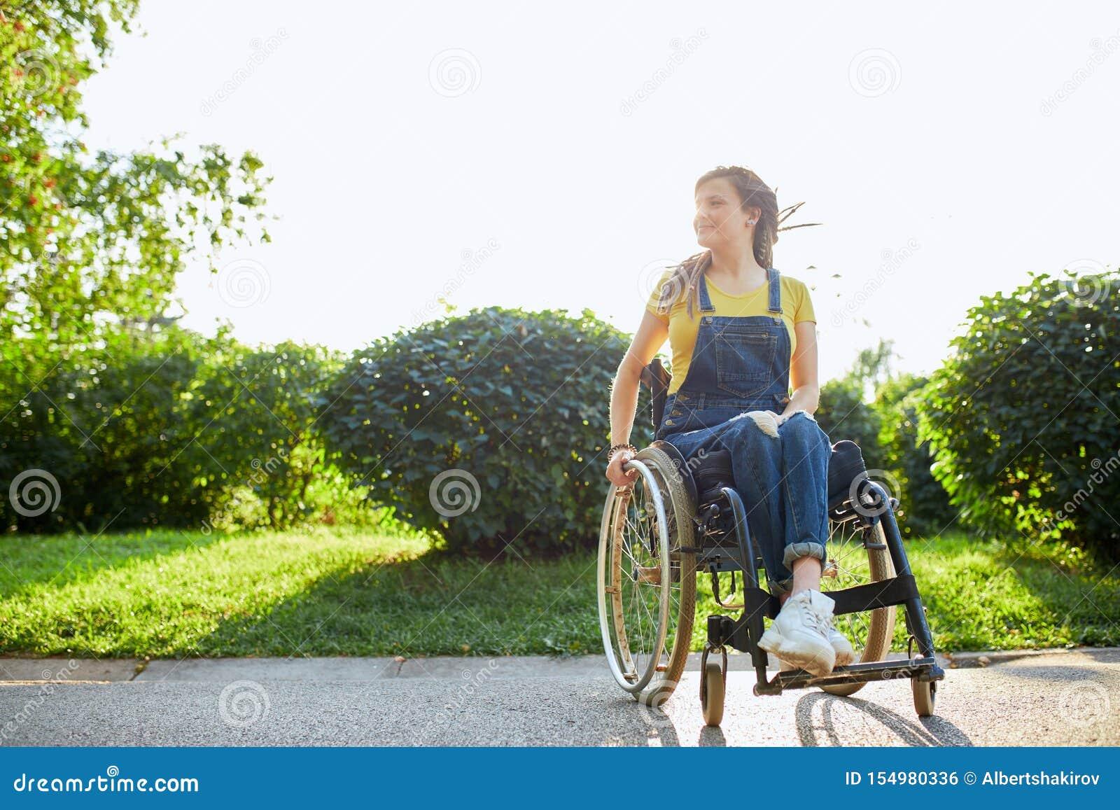 Mädchen nackt im Rollstuhl