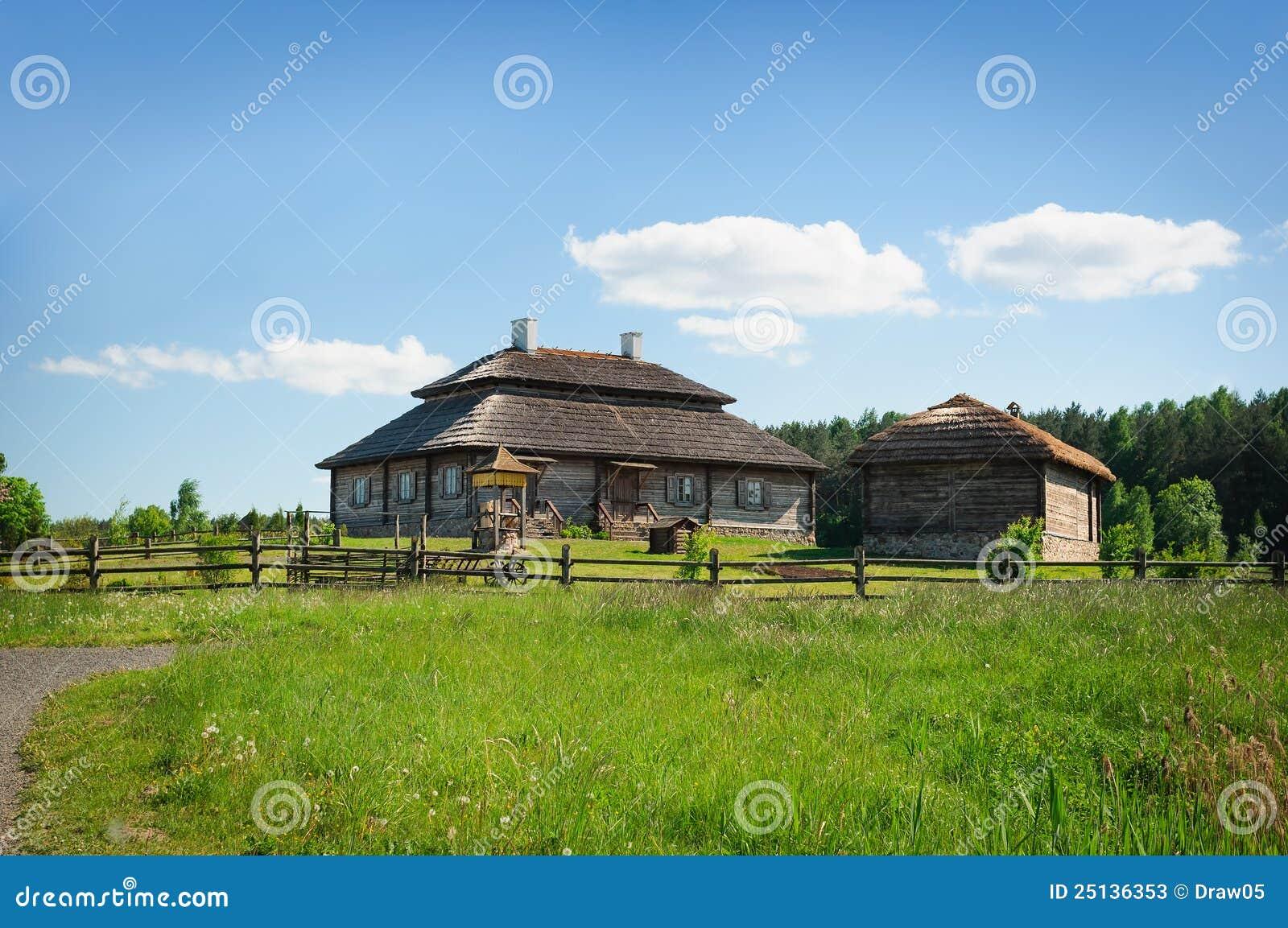 Met herstelde oude stijl russische boerderij met met stro bedekt dak