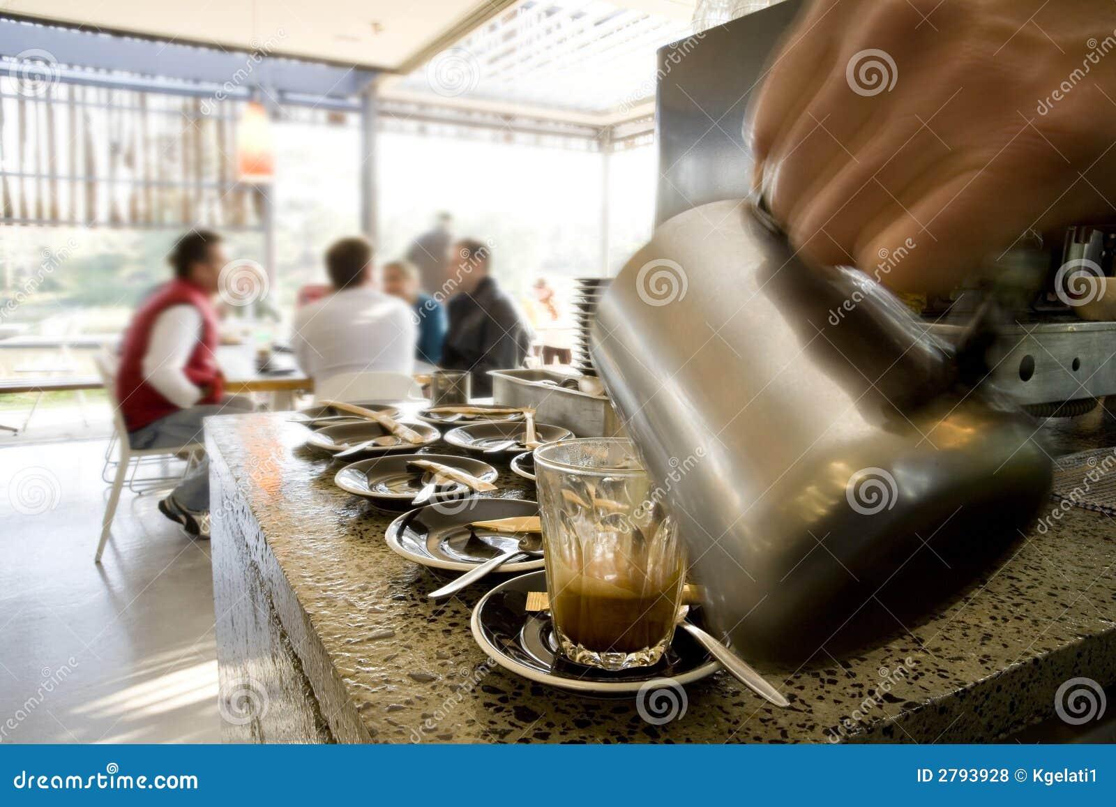 Herstellung der lattes und Kaffee