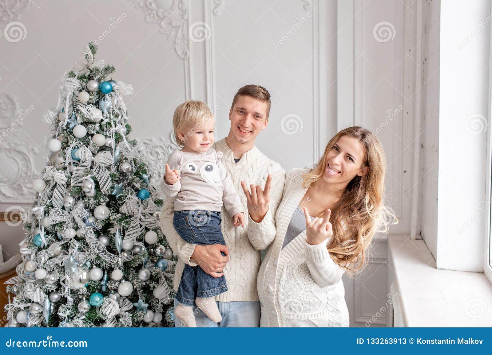 Herum täuschen auf Kamera Glückliches Familie Porträt im haus- Vater, in der schwangeren Mutter und in ihrem kleinen Sohn Glückli