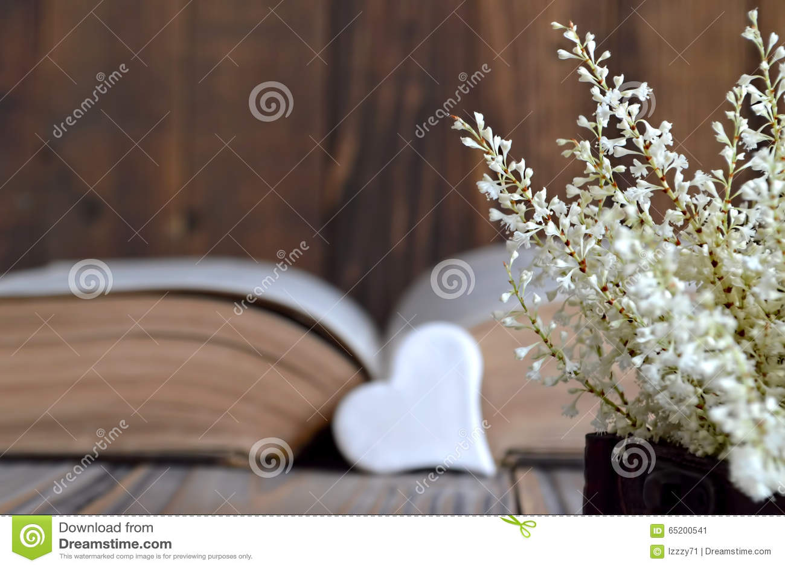 Herz, altes Buch und Blumen