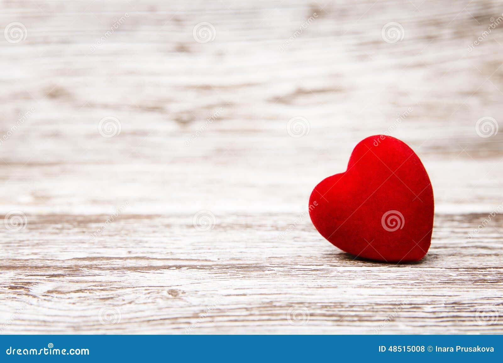 Herz auf hölzernem Hintergrund, Valentinstagdekoration, Liebe conce