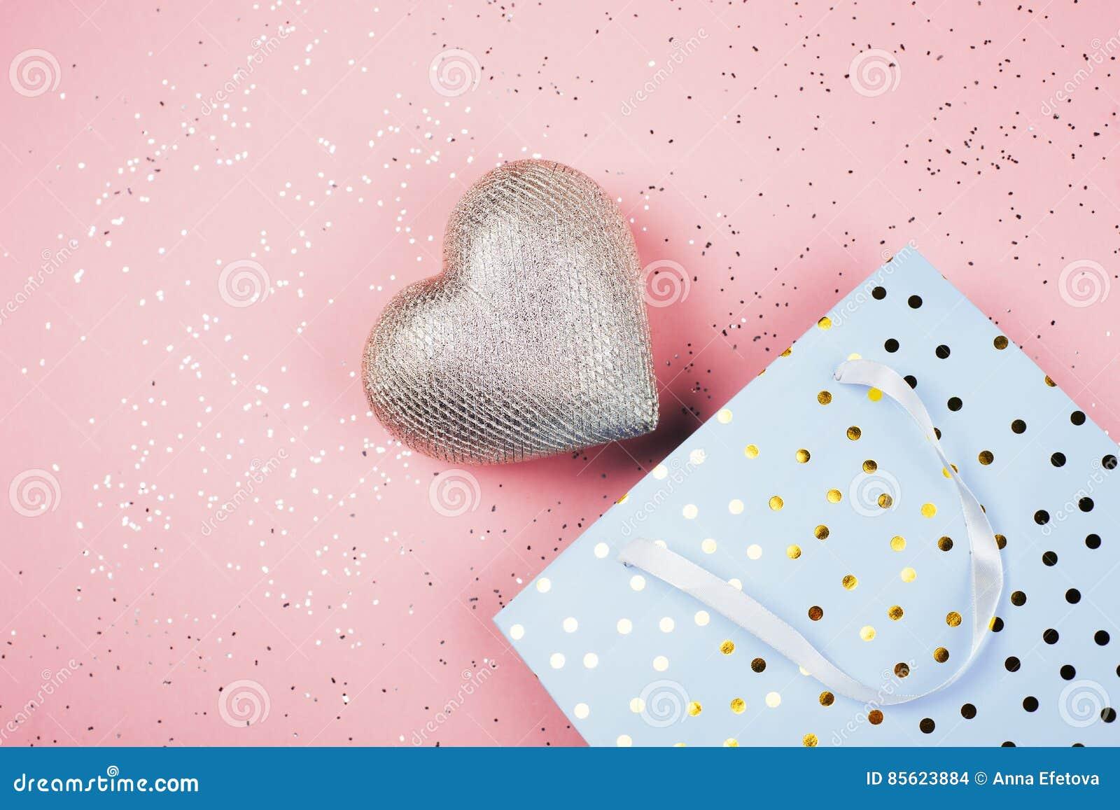 Herz In Einem Schonen Geschenkpaket Stockfoto Bild Von Geschenk