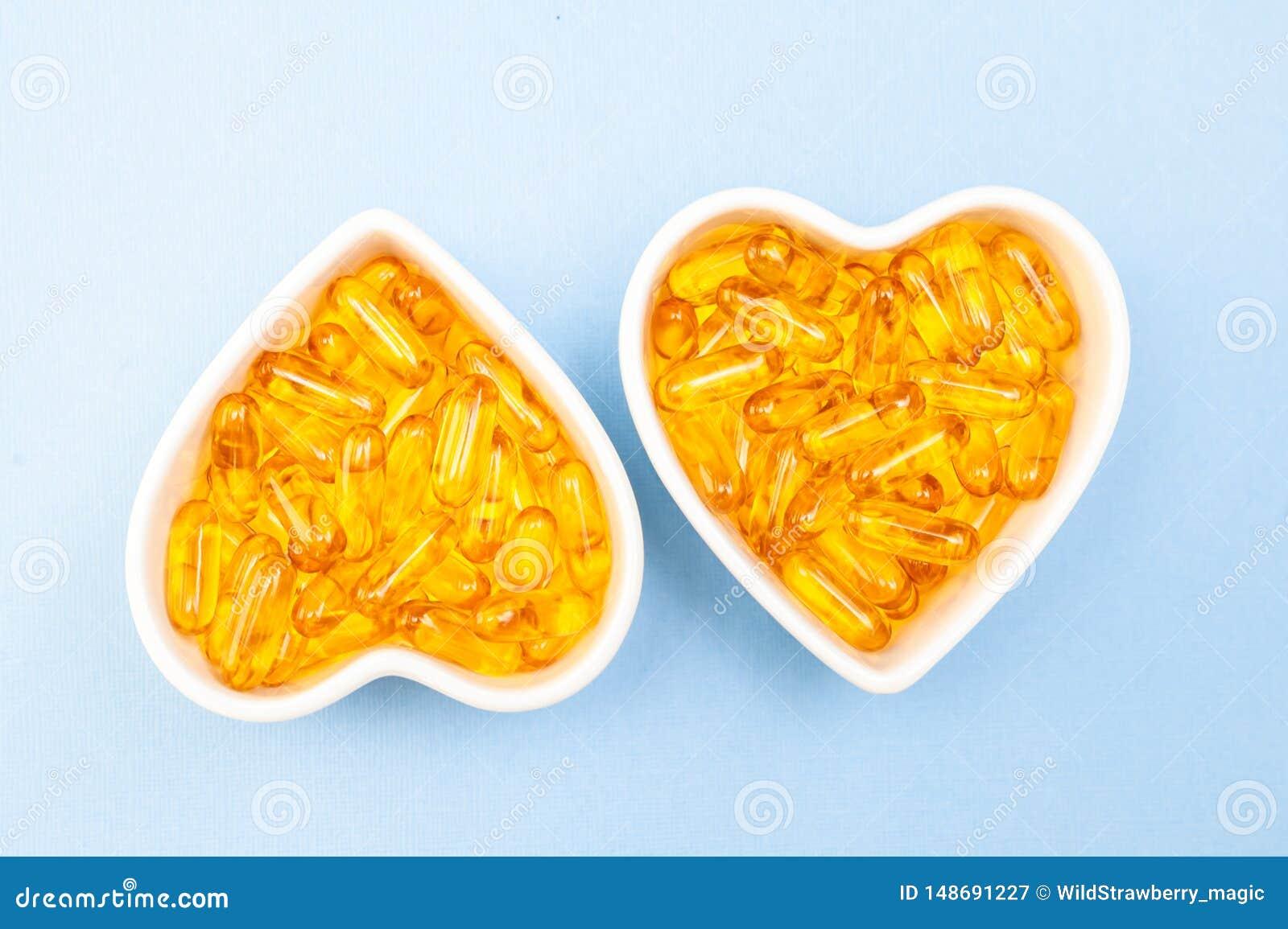 Herz-Formplatte mit Fisch?l kapselt Omega 3, gesundes Produkt und Erg?nzungskonzeptabschlu? oben ein,