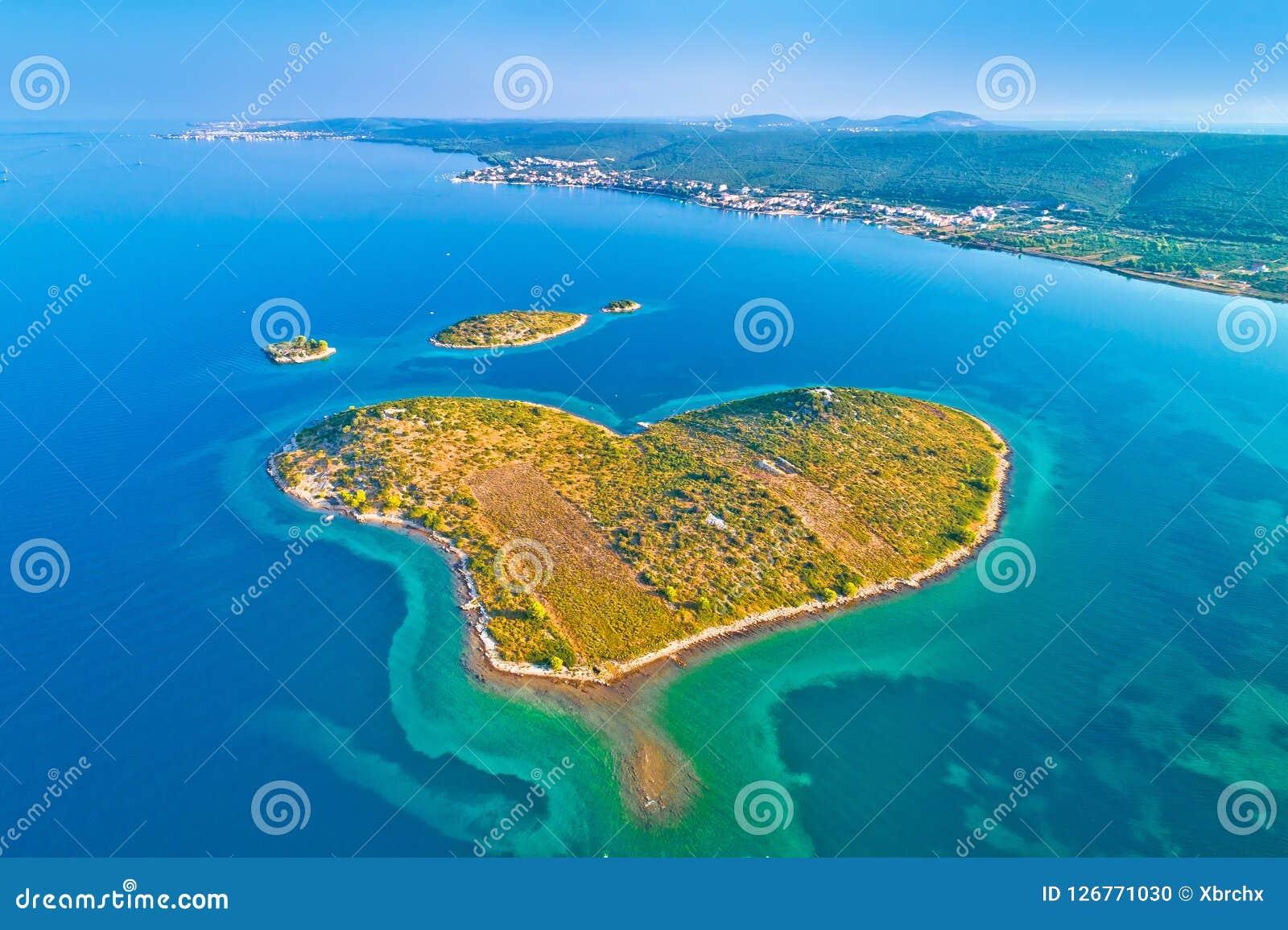 Herz formte Insel von Galesnjak in der Zadar-Archipelantenne konkurrieren