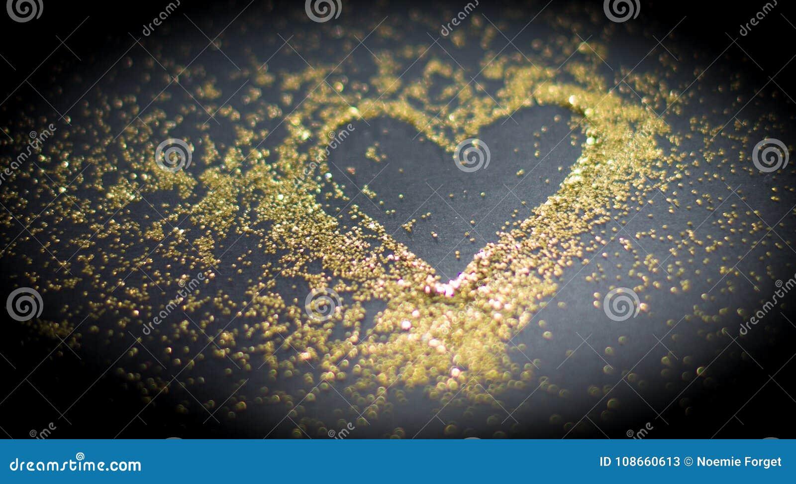 Herz im goldenen Pulver