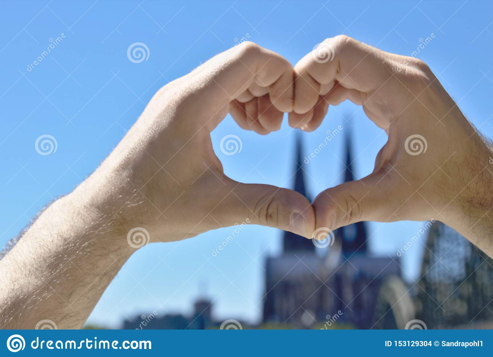 Herz machte von den Händen vor der Colognekathedrale