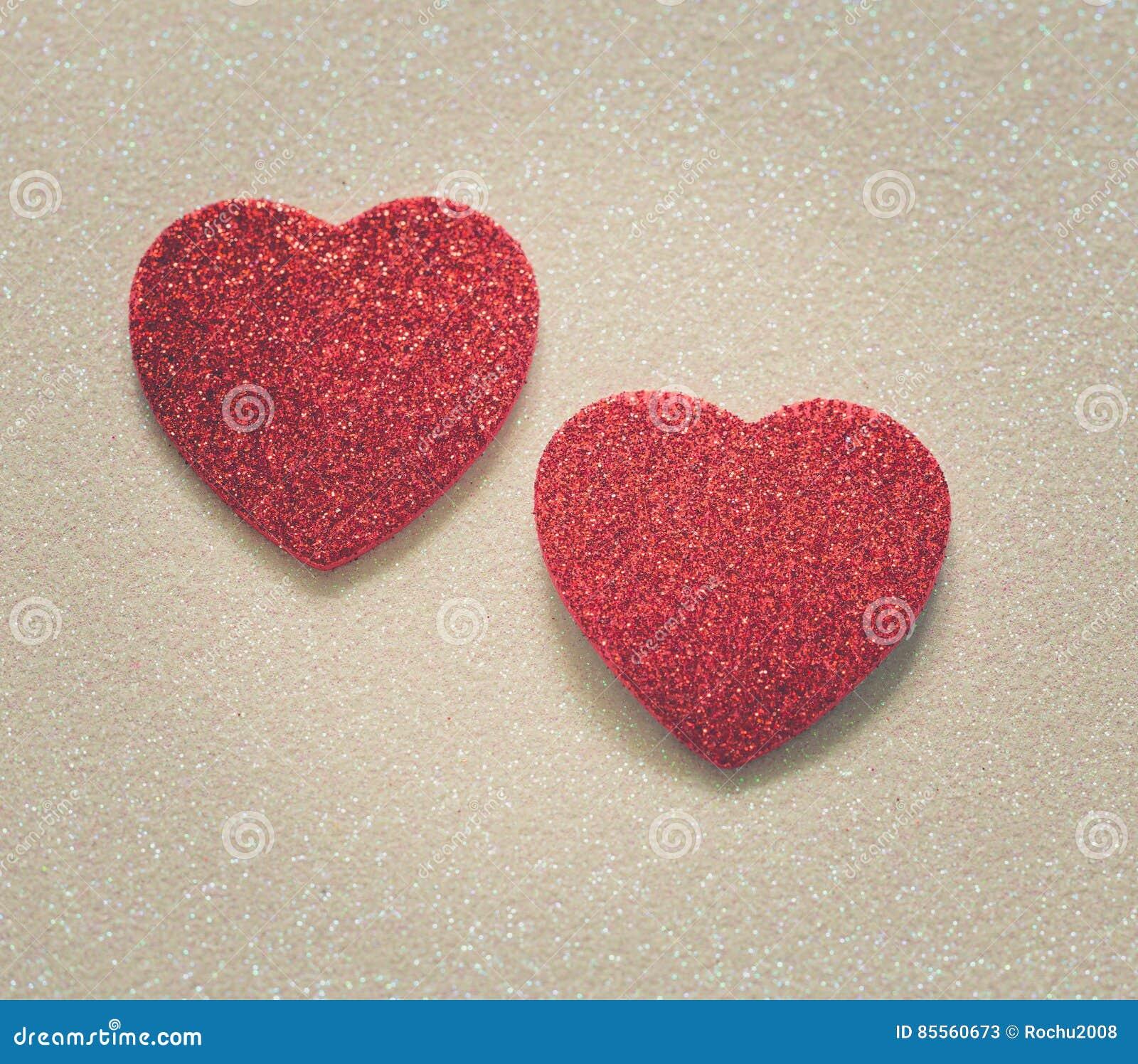 Herz zwei auf glattem Hintergrund am Valentinsgrußtag