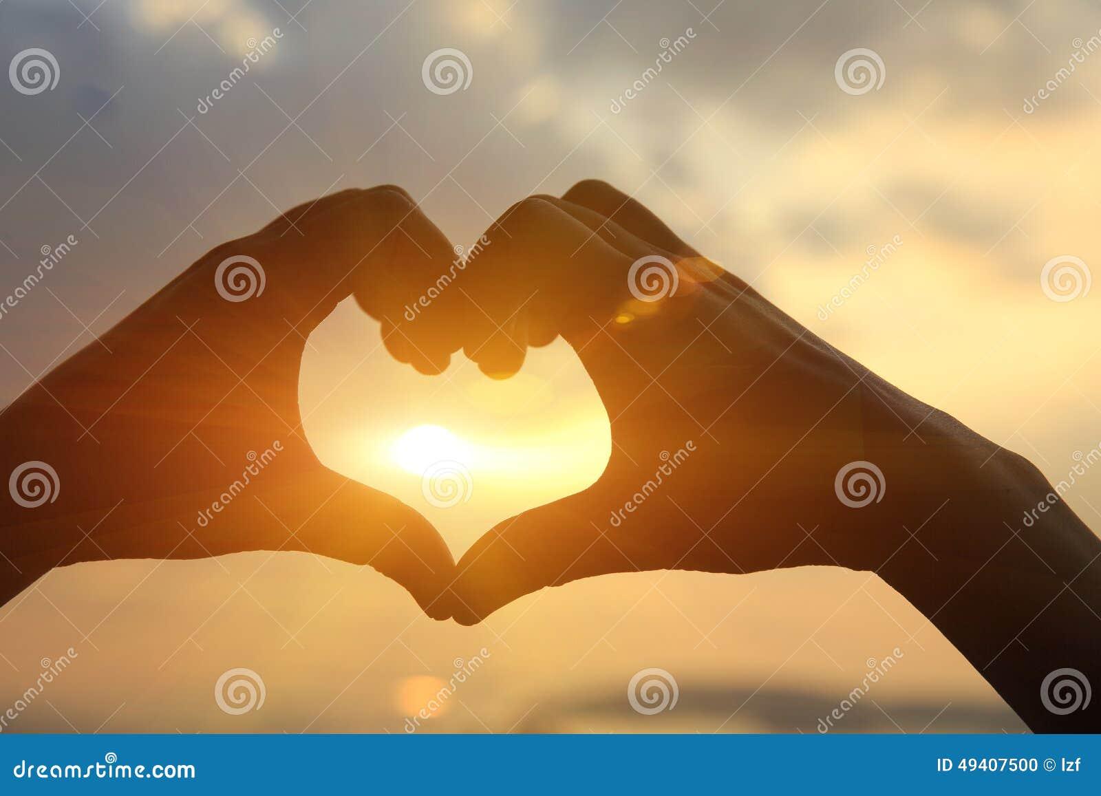 Download Herzform, Die Von Den Händen Macht Stockfoto - Bild von ufer, liebe: 49407500