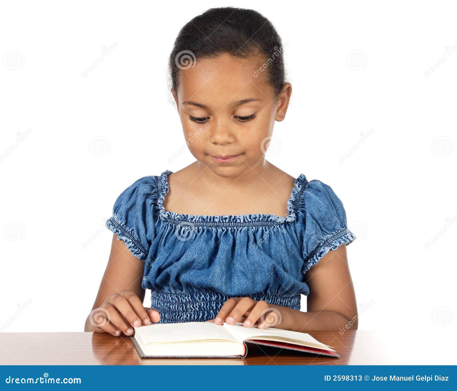 Het aanbiddelijke meisje bestuderen