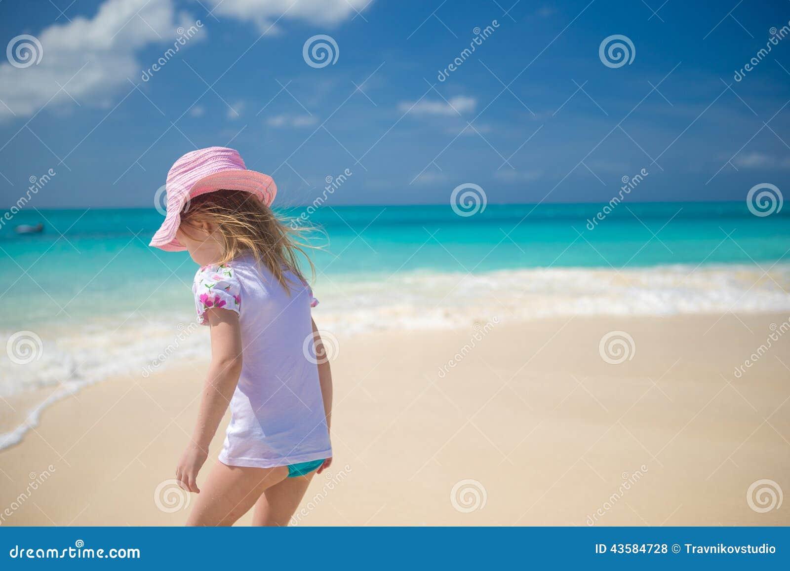 Het aanbiddelijke meisje spelen in ondiep water bij