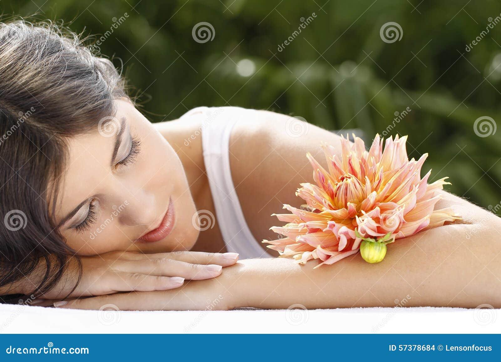 Het aantrekkelijke jonge vrouw openlucht ontspannen
