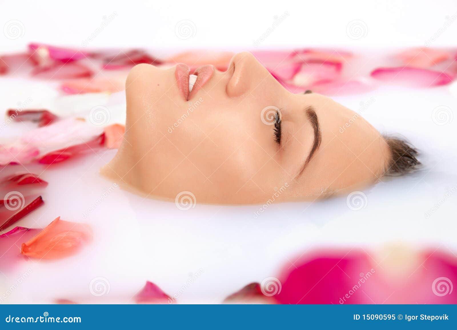 Het aantrekkelijke meisje neemt een bad met melk royalty vrije stock foto beeld 15090595 - Foto in een bad ...
