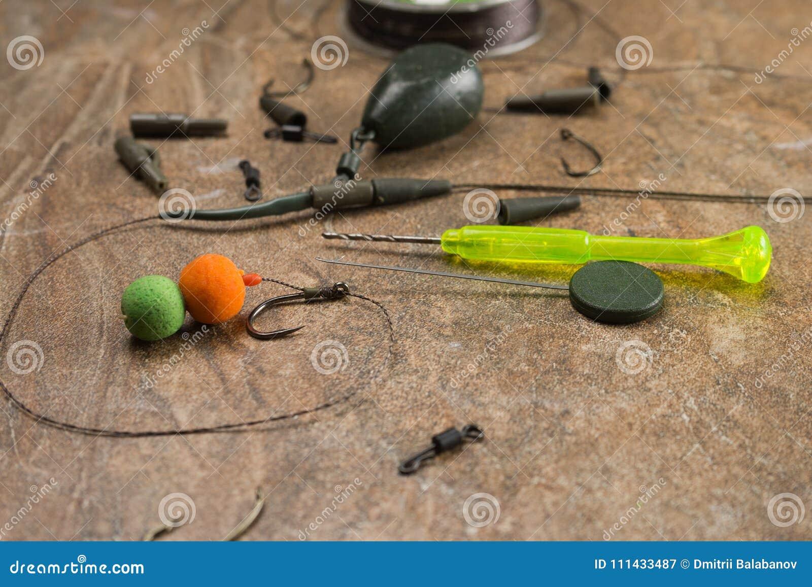 Het aas, haken, zinkloden, ledcor treft voor karper visserij voorbereidingen Exemplaardeeg