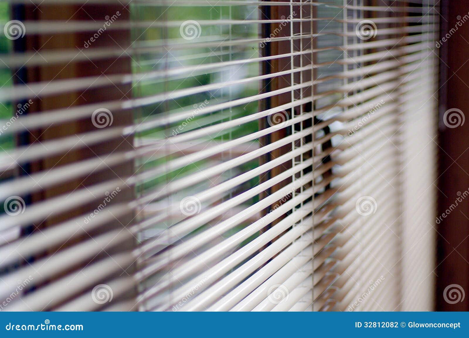 Het abstracte venster van de het werkplaats en blind