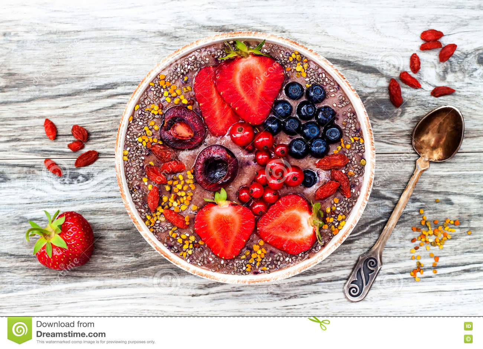 Het Acaiontbijt superfoods smoothies werpt met chiazaden, bijenstuifmeel, de bovenste laagjes van de gojibes en pindakaas lucht
