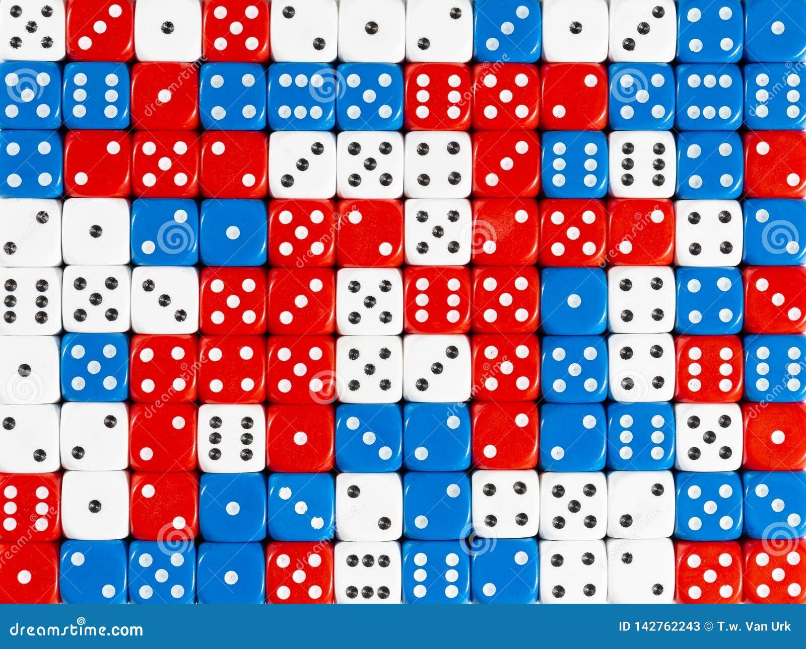 Het achtergrondpatroon van willekeurig bevolen rood, wit en blauw dobbelt