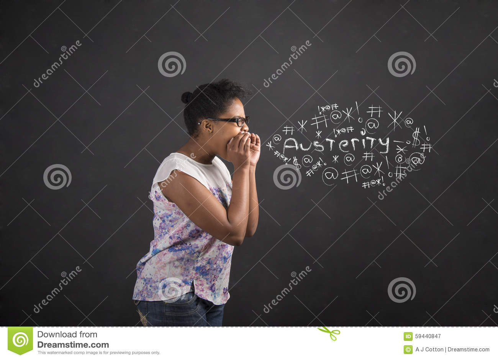 Het Afrikaanse Amerikaanse vrouw schreeuwen, het gillen of het zweren strengheid op bordachtergrond