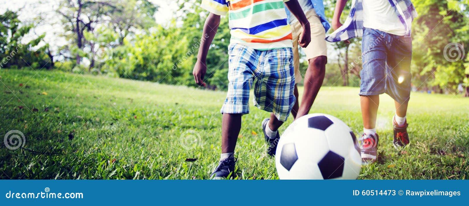 Het Afrikaanse Concept van Broerplaying football outdoors