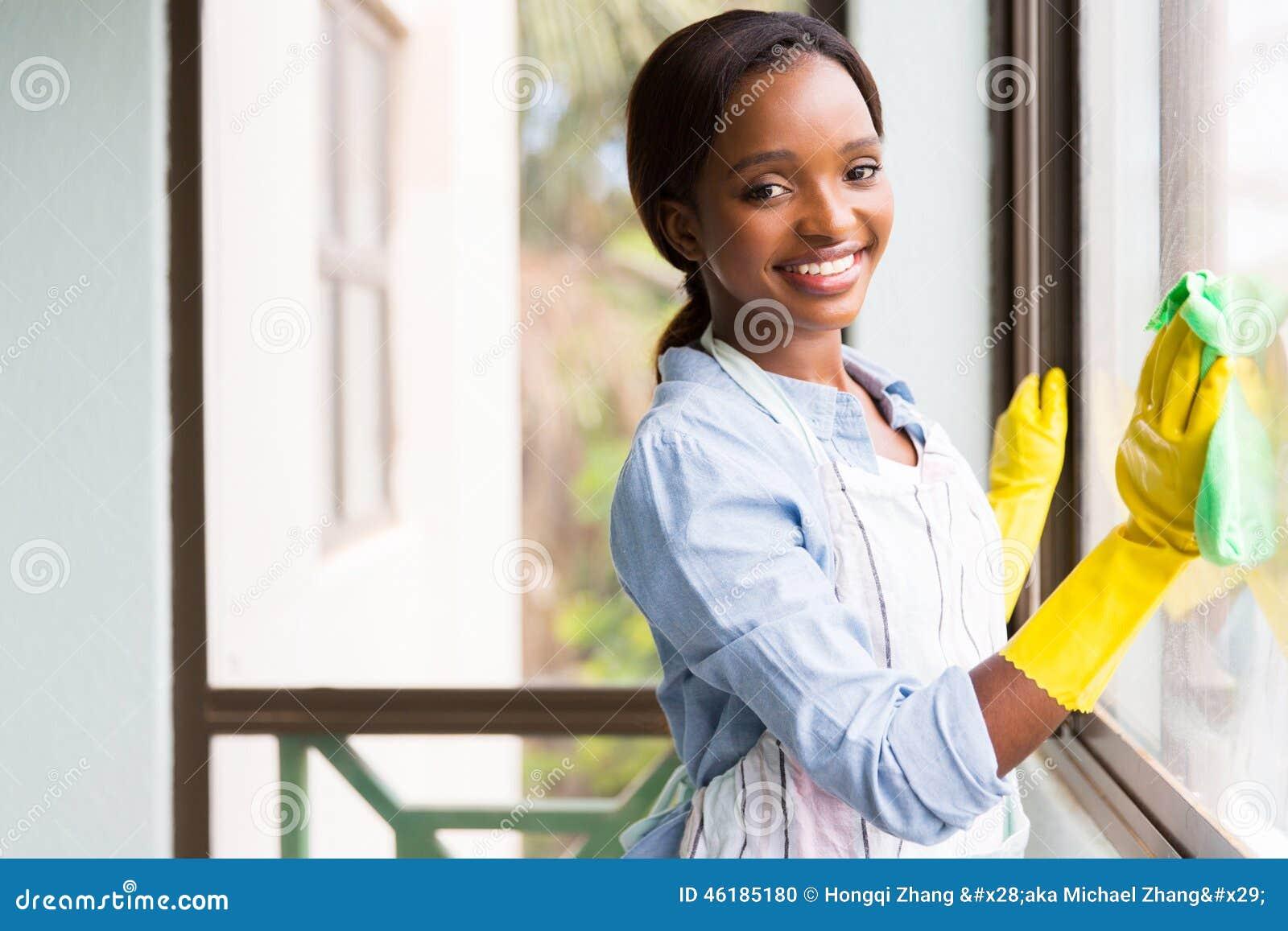 Het Afrikaanse meisje schoonmaken