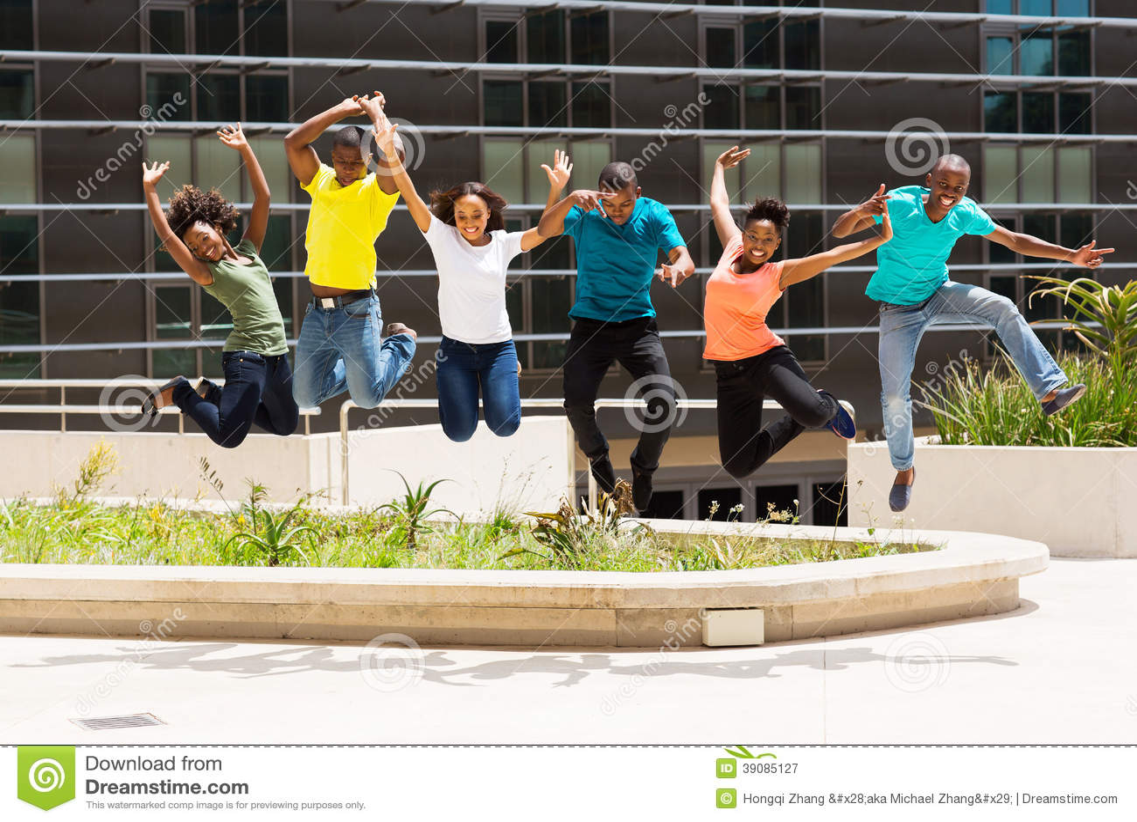Het Afrikaanse studenten springen