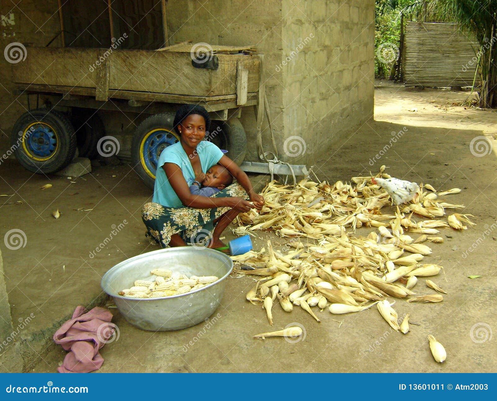 Het afrikaanse vrouw koken redactionele foto afbeelding bestaande uit potten 13601011 - Koken afbeelding ...