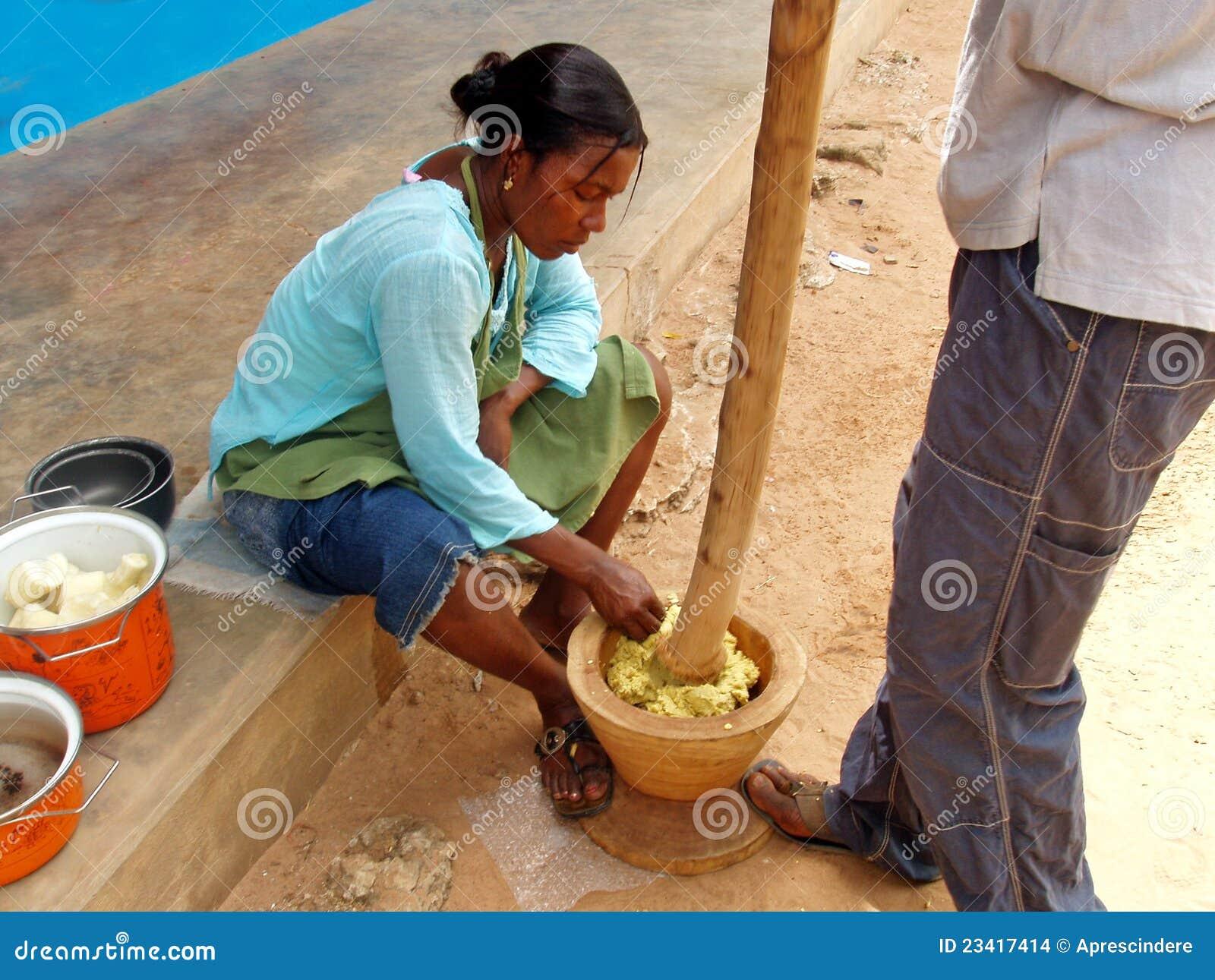 Het afrikaanse vrouw koken redactionele stock afbeelding beeld 23417414 for Beeldkoken