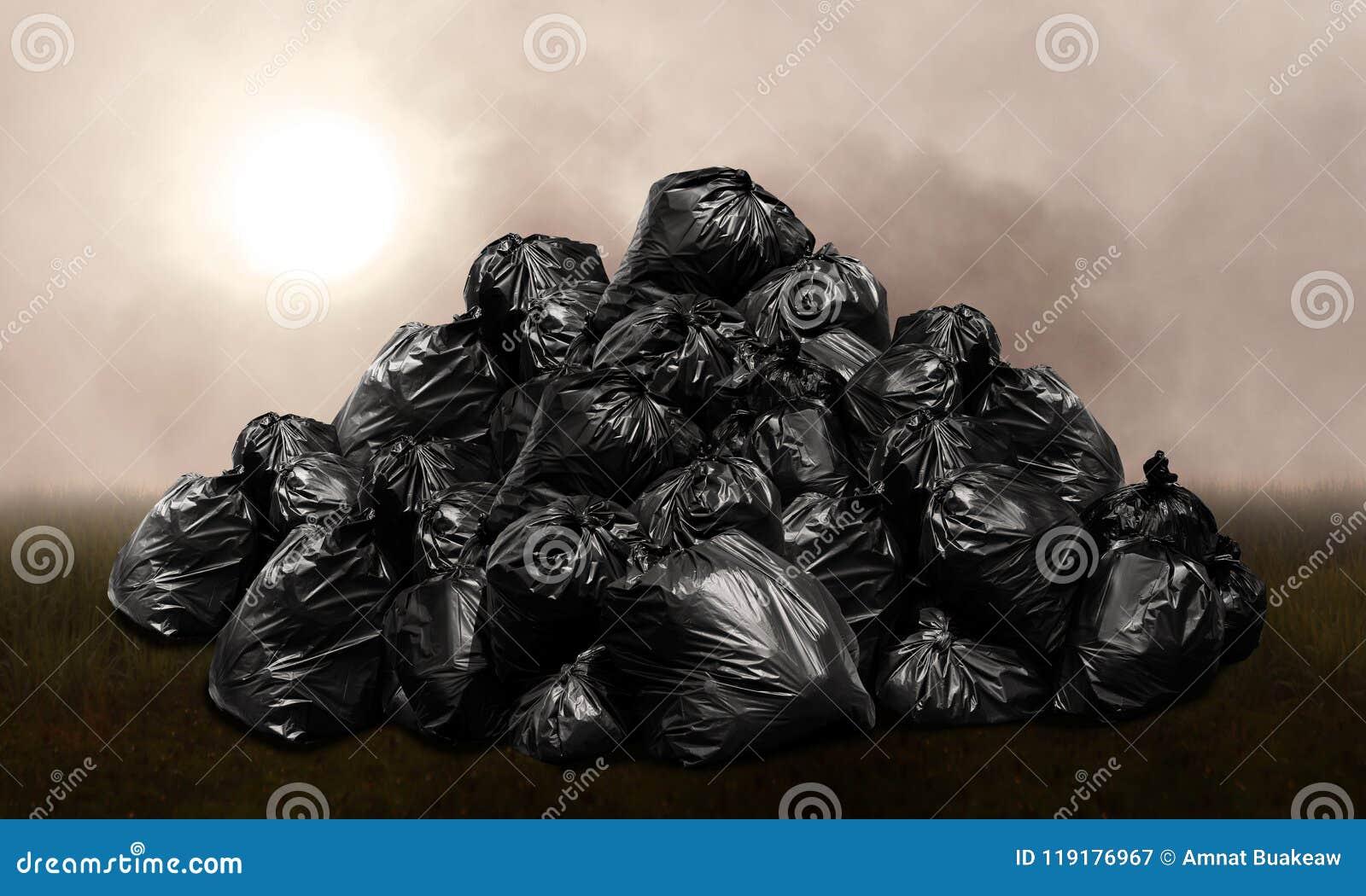 Het afval doet plastic hoop, de vuilniszakken plastic zwarte van het bergafval vele in zakken heuvel, verontreiniging van afvalhu