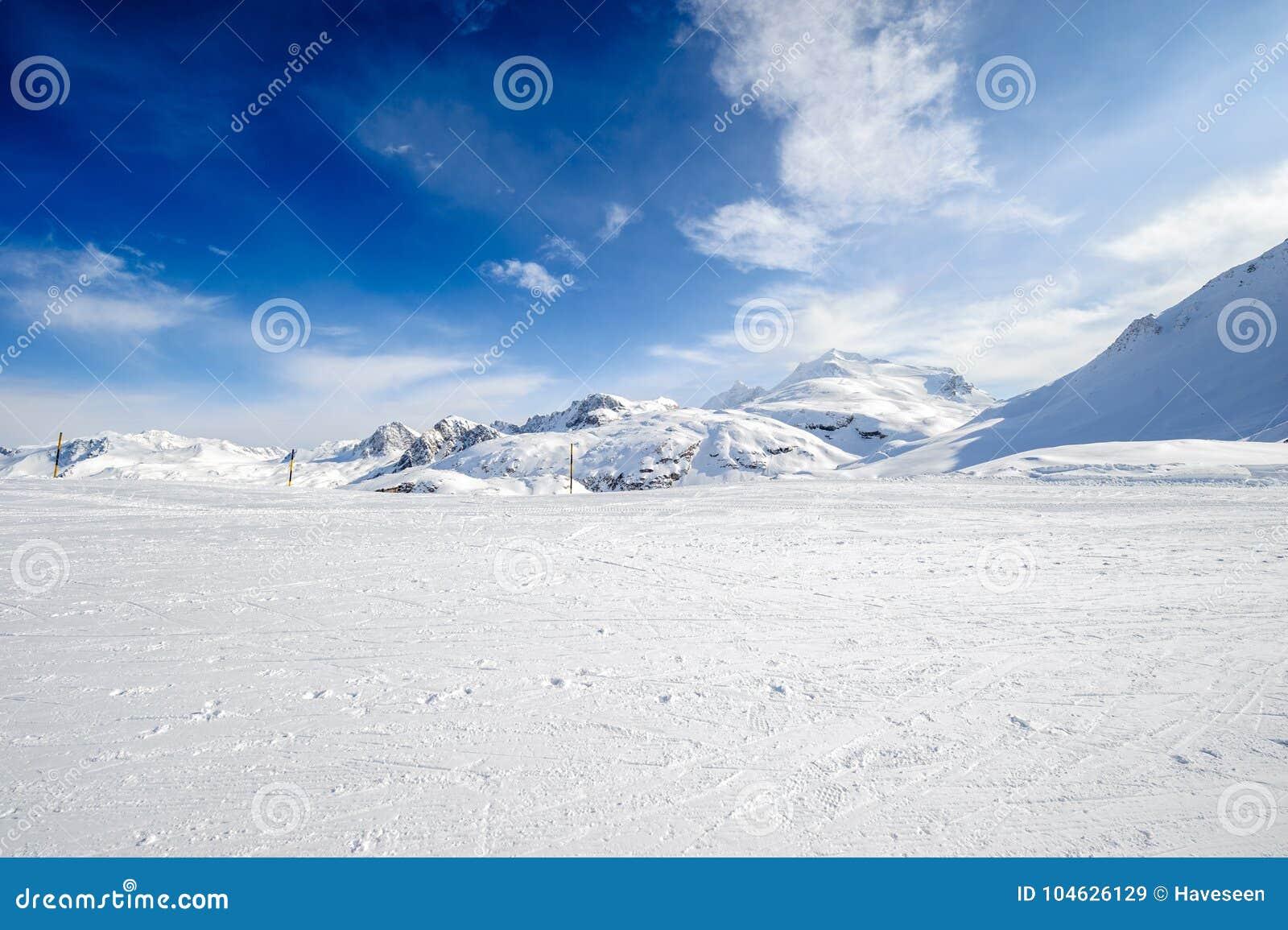 Download Het Alpiene Landschap Van De De Winterberg Franse Alpen Met Sneeuw Stock Afbeelding - Afbeelding bestaande uit zonnig, alpien: 104626129
